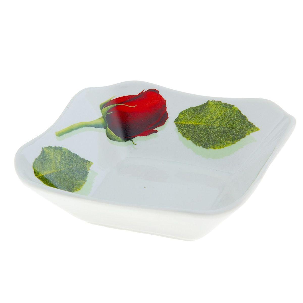 """Квадратный салатник """"Королева цветов"""", изготовленный  из высококачественного фарфора, прекрасно подойдет для  подачи различных блюд: закусок, салатов или  фруктов.  Такой салатник украсит ваш праздничный или обеденный стол,  а оригинальное исполнение понравится любой хозяйке."""