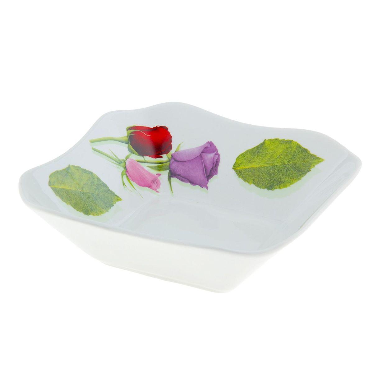 Салатник Королева цветов, квадратный, 720 мл507853Элегантный салатник Королева цветов, изготовленный из высококачественного фарфора, прекрасно подойдет для подачи различных блюд: закусок, салатов или фруктов. Такой салатник украсит ваш праздничный или обеденный стол, а оригинальное исполнение понравится любой хозяйке.Размер салатника: 18 х 18 см.