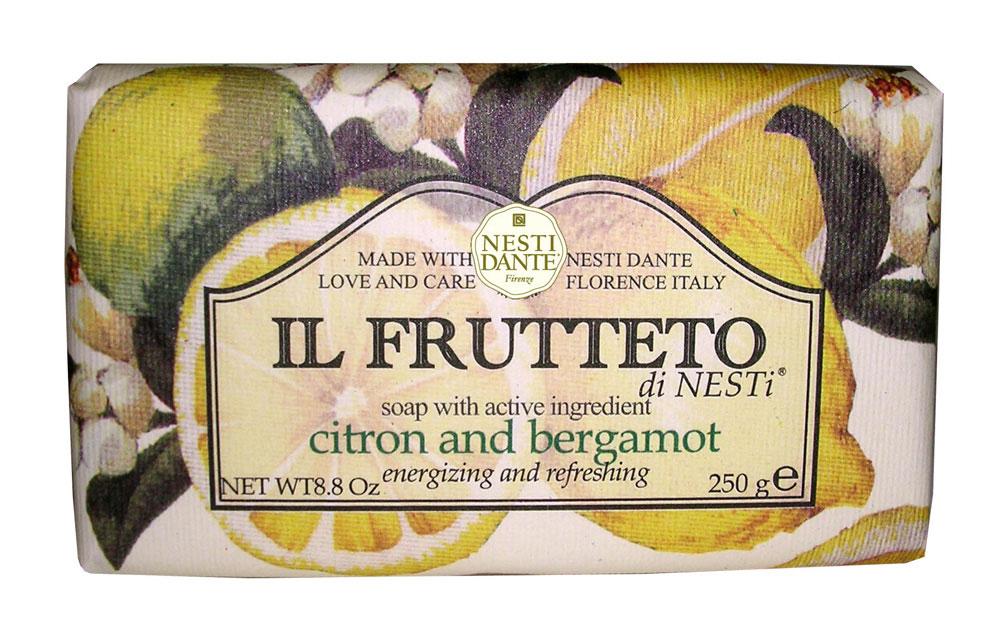 Мыло Nesti Dante Il Frutteto. Лимон и бергамот, 250 г1712206Великолепное растительное мыло премиум-класса Nesti Dante Il Frutteto. Лимон и бергамот, созданное из выращенных на солнце драгоценных плодов флорентийского сада. Мыловары Nesti Dante воплотили в новой линии чудесные ароматы провинции Тоскана, сохранив высокие стандарты совершенства, которыми славится натуральное растительное мыло. Два специально собранных букета, выражающие их страсть к мыловарению. Они бережно отбирали самые романтичные и эмоциональные ароматы региона Тоскана, вложив их в самое сердце новой линии мыла.Свежий цитрусовый аромат бергамота с пряными нотами, нежный и изысканный аромат которого подходит и для мужчин и для женщин, в сочетании с легким и прохладным ароматом лимона, повышает настроение и оказывает бодрящее действие. Изысканная флорентийская бумага, в которую завернуто мыло, расписана акварелью, на каждом кусочке мыла выгравирована надпись With Love And Care (С любовю и заботой). Характеристики:Вес: 250 г. Производитель: Италия. Товар сертифицирован. Nesti Dante - одна из немногих итальянских мыловаренных фабрик, которая продолжает использовать в производстве только натуральные ингредиенты и кустарный способ производства. Тщательный выбор каждого ингредиента в отдельности позволяет использовать ценное сырье, такое как цельные нейтральные растительные и животные жиры и эти качественные материалы позволяют получать более обогащенное и более мягкое мыло благодаря присутствию фракции глицерида в жирах.
