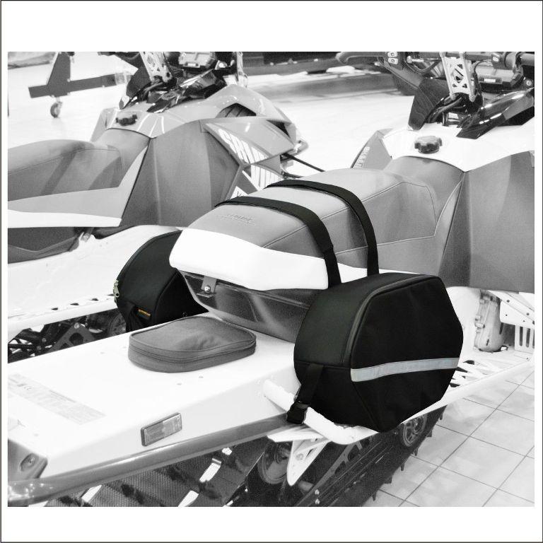 Сумка багажная AG-brand, для снегохода Mountain, цвет: черныйAG-YAM-SMB-Bag-MountУдобная сумка AG-brand для горного снегохода подходит для большинства моделей: Yamaha, BRP (Ski-Doo), Polaris, Arctic Cat. Сумка имеет достаточный объем, надежные крепления и привлекательный дизайн. Подкладка останется сухой благодаря использованию современных водонепроницаемых материалов и водонепроницаемой молнии.