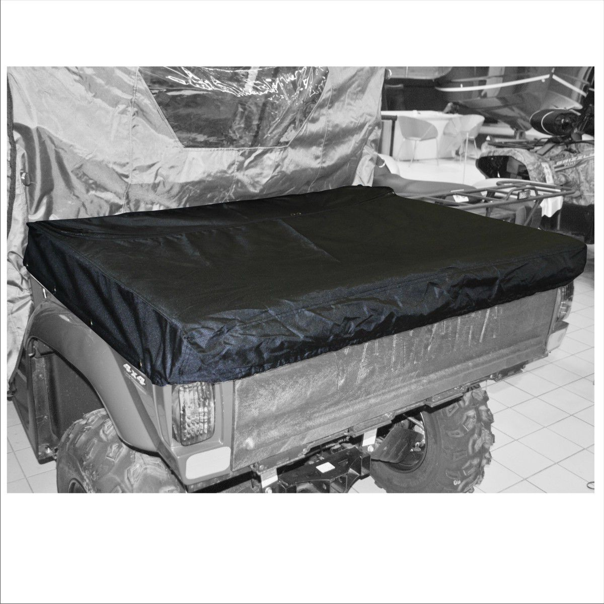 Тент AG-brand, на кузов UTV Yamaha Rhino 700, цвет: черный. AG-YAM-UTV-Rh700-CBAG-YAM-UTV-Rh700-CBПрочный тент AG-brand на кузов мотовездехода UTV Yamaha Rhino 700 призван защищать кладь в кузове от снега, града, дождя, дорожной пыли, веток и листвы во время заездов на мотовездеходе. Система креплений выполнена на кнопках, она позволяет надежно установить чехол на кузов мотовездехода. Дополнительная молния позволяет получить частичный доступ в кузов, не снимая всего чехла.