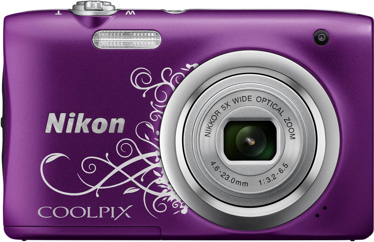 Nikon CoolPix A100, Purple Line Art цифровой фотоаппаратVNA974E1Ваши снимки будут незабываемыми благодаря 20,1-мегапиксельной ПЗС-матрице Nikon CoolPix A100, а объектив NIKKOR с 5-кратным оптическим зумом (расширяемый до 10-кратного с помощью функции Dynamic Fine Zoom) поможет создавать великолепные портреты друзей и родных крупным планом. Выбирайте специальные эффекты в процессе съемки или примените быстрые эффекты к полученным изображениям, чтобы создать оригинальные фотографии прямо на фотокамере.Стильная, компактная и простая в использовании:Эта стильная фотокамера настолько компактна и легка (ее вес - всего 119 г вместе с батареей и картой памяти SD), что она практически неощутима в сумке или кармане, и поэтому ее можно носить с собой повсюду. Кроме того, она проста в использовании, поэтому вы всегда будете готовы запечатлеть нужный момент.Объектив NIKKOR с 5-кратным оптическим зумом:Благодаря объективу NIKKOR с 5-кратным оптическим зумом (26-130 мм в эквиваленте формата 35 мм), который можно расширить до десятикратного с помощью функции Dynamic Fine Zoom, вы можете создавать как великолепные групповые портреты, так и прекрасные снимки крупным планом. С его помощью вы сможете приблизиться к центру событий и запечатлеть незабываемые выражения лиц участников.ПЗС-матрица с разрешением 20,1 эффективных мегапикселей:Матрица с большим количеством пикселей гарантирует получение четких изображений с высоким разрешением, которые можно увеличивать во много раз.Автовыбор сюжета:С легкостью создавайте отличные снимки с помощью функции Автовыбор сюжета, когда фотокамера автоматически выбирает наиболее подходящий сюжетный режим для конкретных условий съемки, например, Портрет, Ночной портрет или Макро. В фотокамере предусмотрены 16 сюжетных режимов, таких как Спорт, Пляж или Портрет питомца, что позволяет подобрать режим, идеально соответствующий условиям съемки. В каждом режиме фотокамера оптимизирует настройки, чтобы достичь наилучшей экспозиции для конкретных условий, что