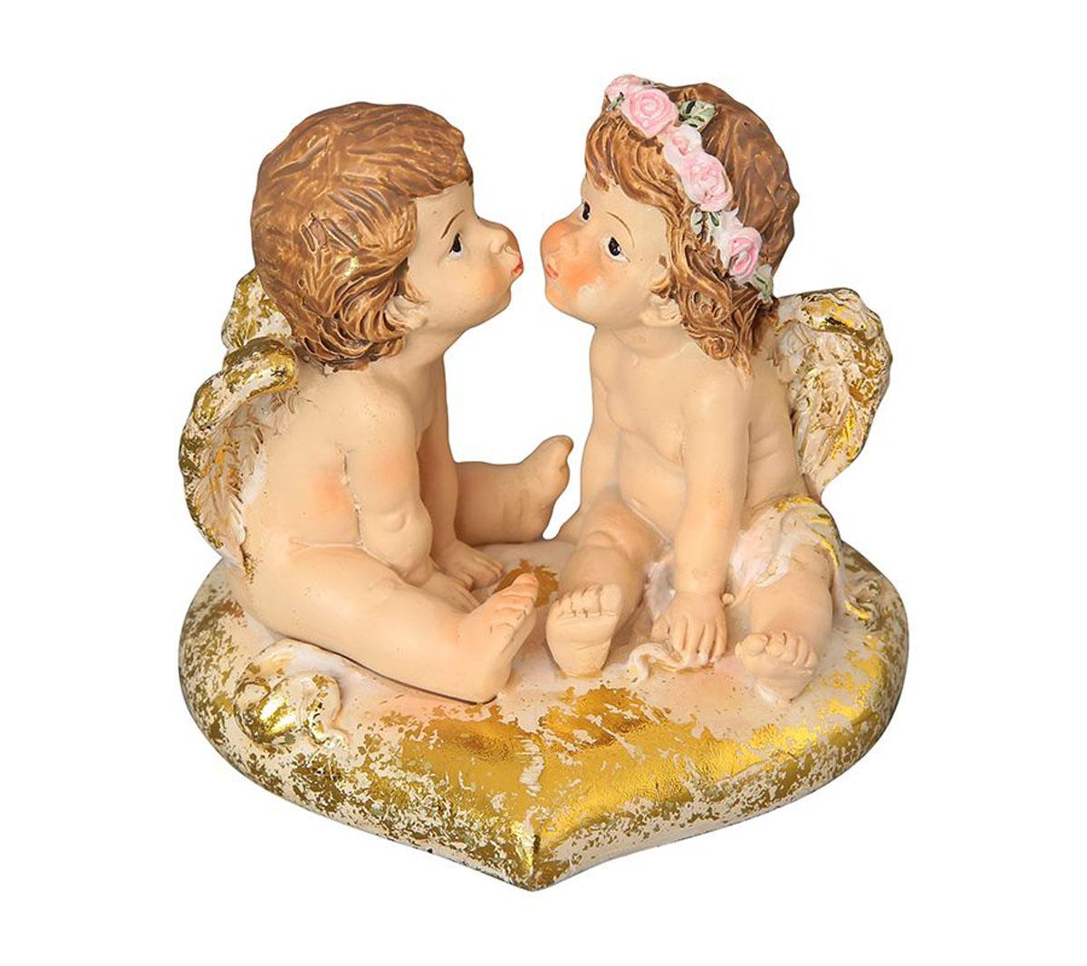 Фигурка декоративная Elan Gallery Ангелочки на золотом сердечке, высота 7,5 см670134Декоративная фигурка с изображением ангелов станет прекрасным сувениром, который вызовет улыбку и поднимет настроение. Фигурка выполнена из полистоуна.