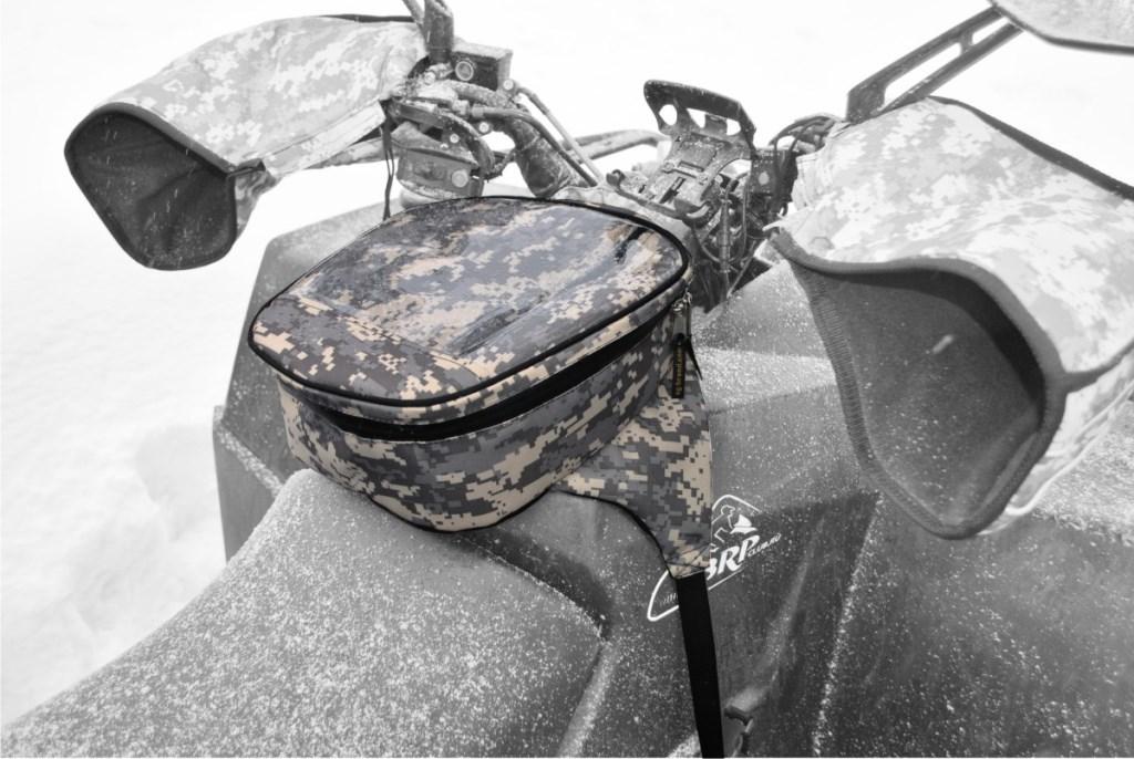 Сумка AG-brand на бак снегохода, универсальная, цвет: серый пиксельAG-YAM-SMB-Uni-GPУниверсальная сумка AG-brand на бак, подходит для большинства моделей снегоходов. Сумка на бак снегохода закрывается водонепроницаемой молнией, имеет прозрачный карман на лицевой поверхности, изготовленный из плотной морозостойкой пленки. Карман удобен для использования карты, навигатора, телефона и т.д. Сумка изготовлена из водонепроницаемой ткани. Крепится изделие на топливный бак при помощи фастексов с регулировкой стропы.