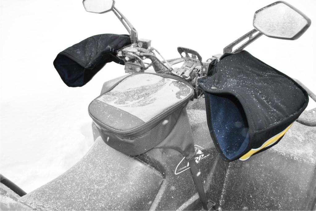 Рукавицы универсальные AG-brand для снегохода и квадроцикла, цвет: черный, желтыйAG-Uni-ATV/SMB-Mittens-BL/YРукавицы позволяют защитить руки от холода, сырости и ветра. Трехслойная структура рукавиц (ткань, утеплитель, флис) поддерживает комфортный микроклимат внутри. В сочетании с электроподогревом рукояток эффект усиливается.Рукавицы легко крепятся на руль при помощи липучки и утягивающего шнурка с фиксатором. На рукавицах имеется светоотражающий кант.