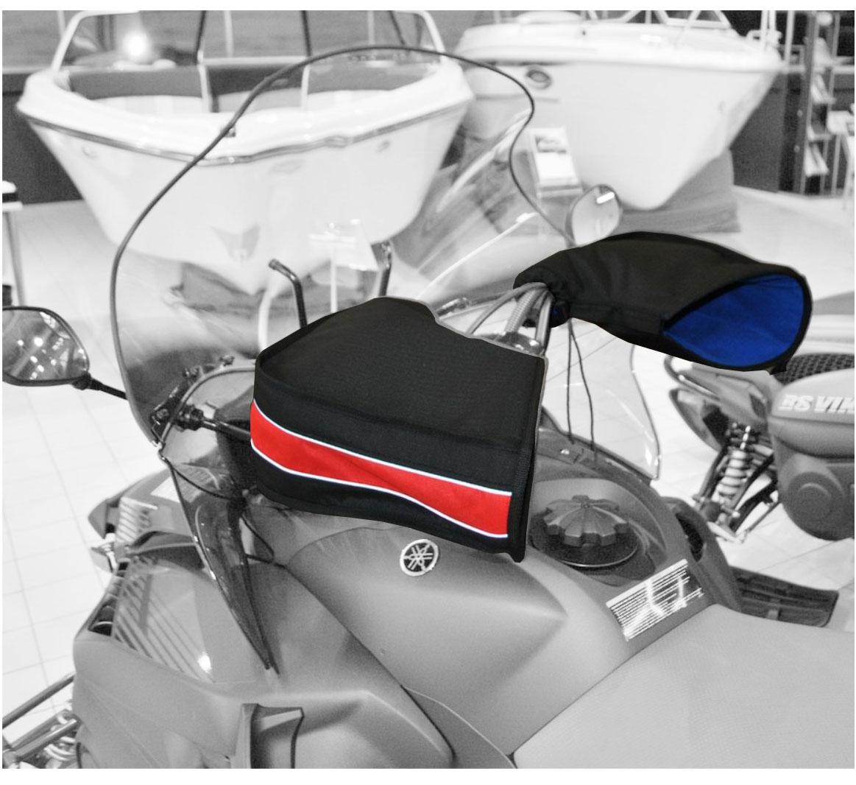 Рукавицы универсальные AG-brand, для снегохода и квадроцикла, цвет: черный, красный. AG-Uni-ATV/SMB-Mittens-BL/RAG-Uni-ATV/SMB-Mittens-BL/RУдобные рукавицы AG-brand позволяют защитить руки от холода, сырости и ветра. Трехслойная структура рукавиц (ткань, утеплитель, флис) поддерживает комфортный микроклимат внутри. В сочетании с электроподогревом рукояток эффект усиливается.Рукавицы легко крепятся на руль при помощи липучки и утягивающего шнурка с фиксатором. На рукавицах имеется светоотражающий кант.