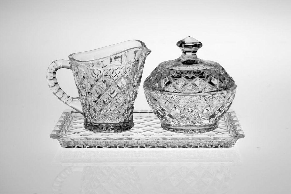 Набор Crystal Bohemia: поднос, молочник, сахарница990/99999/9/14100/004-309Набор Crystal Bohemia состоит из подноса, молочника и сахарницы. Изделия выполнены из прочного высококачественного хрусталя. Они излучают приятный блеск и издают мелодичный звон. Набор Crystal Bohemia не только украсит дом и подчеркнет ваш прекрасный вкус, но и станет отличным подарком.