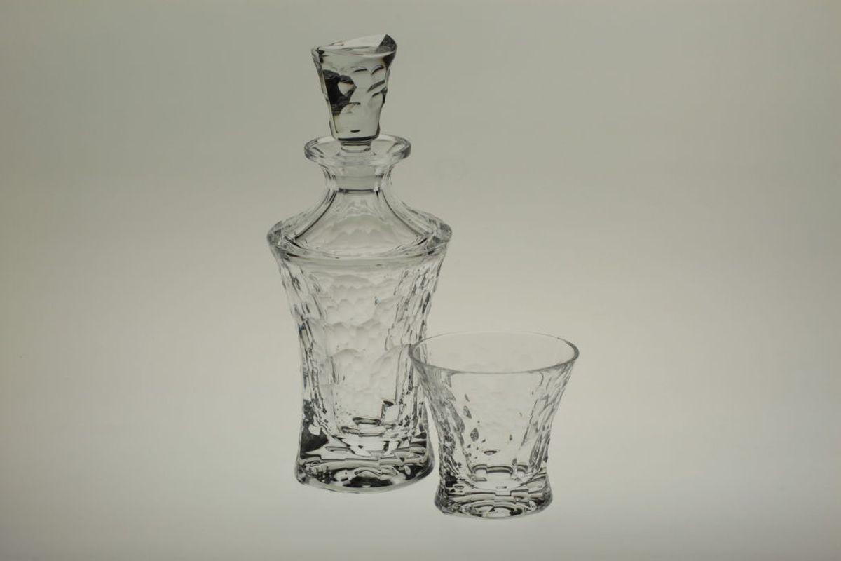 """Набор для виски """"Crystal Bohemia"""" включает в себя штоф и шесть стаканов. Набор выполнен  из чешского хрусталя.  Настоящий чешский хрусталь не содержит оксида свинца 24%,  что придает изделиям поразительную прозрачность и чистоту, невероятный блеск,  присущий  только ювелирным изделиям, особое, ни с чем не сравнимое светопреломление и игру всеми  красками спектра как при естественном, так и при искусственном освещении.   Продукция из хрусталя соответствуют всем европейским и российским стандартам качества  и безопасности.  Традиции чешских мастеров передаются из поколения в поколение. А  высокая художественная ценность изделий признана искушенными ценителями во всем  мире.     Объем штофа: 700 мл. Объем стакана: 200 мл."""