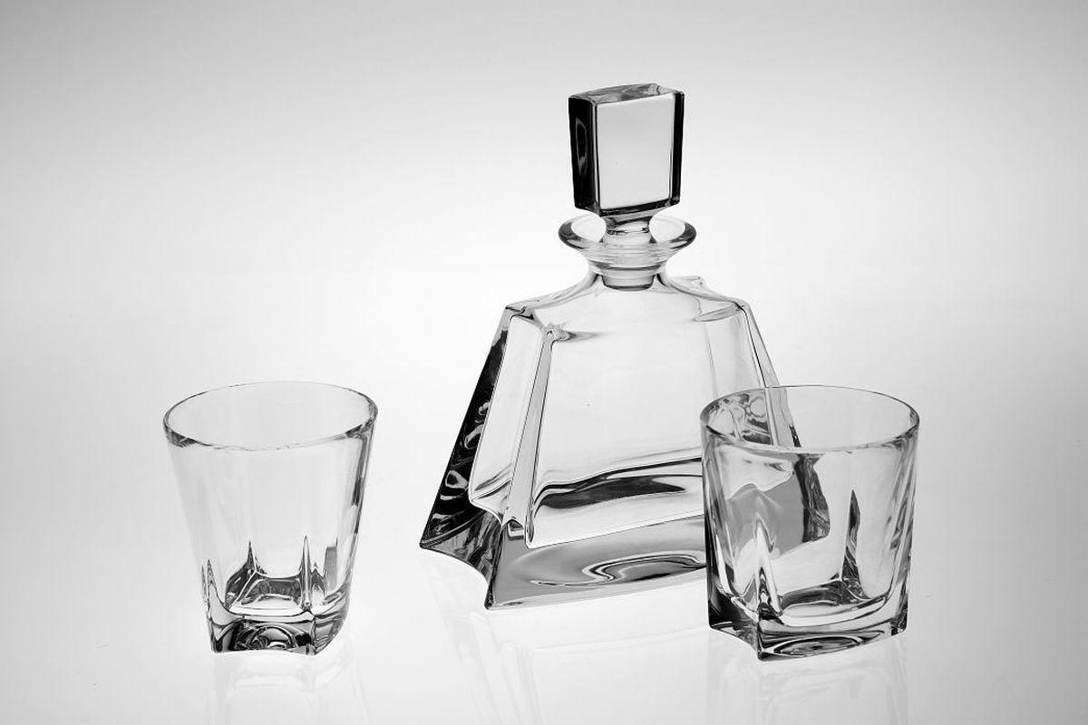 """Набор для виски """"Crystal Bohemia"""" включает штоф и 6 стаканов. Изделия выполнены  из хрусталя.  Настоящий чешский хрусталь с содержанием оксида свинца 24%, что придает  изделиям поразительную прозрачность и чистоту, невероятный блеск, присущий  только ювелирным изделиям, особое, ни с чем не сравнимое светопреломление и  игру всеми красками спектра как при естественном, так и при искусственном  освещении.  Продукция из хрусталя соответствует всем европейским и российским  стандартам качества и безопасности. Традиции чешских мастеров передаются из  поколения в поколение, а высокая художественная ценность изделий признана  искушенными ценителями во всем мире. Объем штофа: 700 мл.  Объем стакана: 280 мл."""