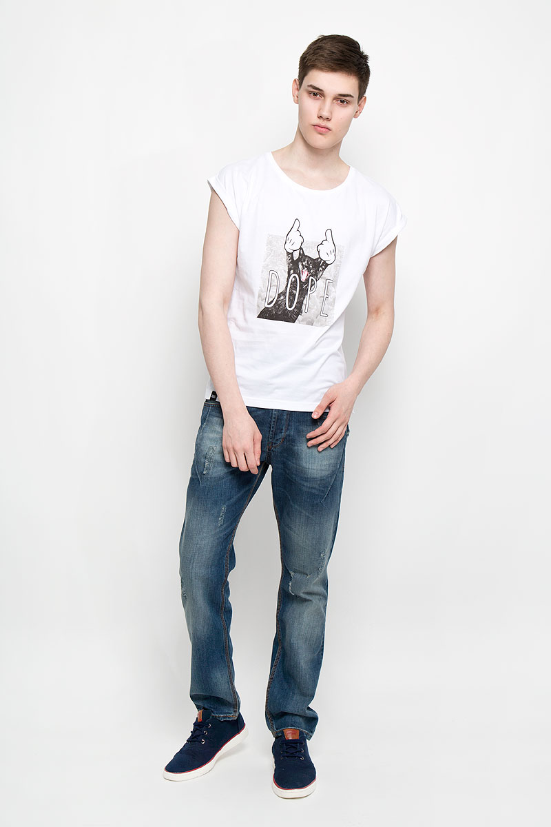 Футболка мужская Dedicated Visby Dore Cat, цвет: белый. 14585. Размер L (48)14585Мужская футболка Dedicated Visby Dore Cat поможет создать отличный современный образ в стиле Casual. Модель, изготовленная на натурального хлопка, очень мягкая, тактильно приятная, не сковывает движения и позволяет коже дышать.Футболка с круглым вырезом горловины и короткими рукавами-кимоно спереди оформлена изображением кота и надписью Dore. Вырез горловины дополнен трикотажной резинкой. На рукавах предусмотрены декоративные отвороты. Нижняя часть модели по боковым швам оформлена разрезами. Такая футболка станет стильным дополнением к вашему гардеробу, она подарит вам комфорт в течение всего дня!