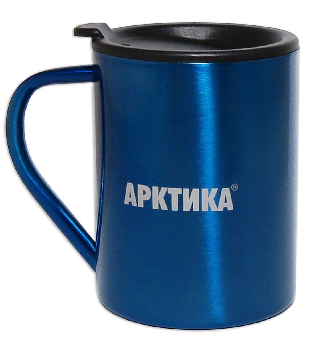 Термокружка Арктика, цвет: синий, черный, 300 мл802-300_синий, черныйТермокружка Арктика одинаково хороша и при использовании дома, если вы любите растягивать удовольствие от напитка и вам не нравится, что он так быстро остывает, и на даче, где такая посуда особенно впору в силу своей прочности, долговечности и практичности. Изделием приятно пользоваться, ведь оно не обжигает руки, его легко мыть. Термокружка выполнена из прочной нержавеющей стали, благодаря чему ее можно не бояться уронить. Имеется пластиковая крышка с силиконовой вставкой. В ней расположено отверстие, через которое можно пить.Диаметр кружки (по верхнему краю): 7,8 см.Высота кружки (без учета крышки): 9 см.