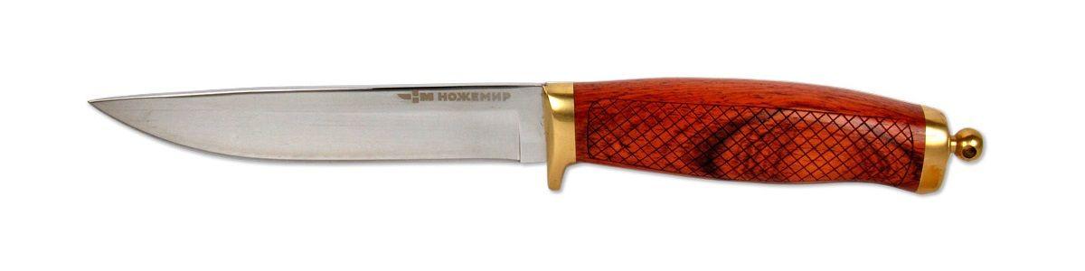 Нож-финка Ножемир, с ножнами, общая длина 24,5 смH-217 НожемирМожно долго спорить о том, как должен выглядеть настоящий финский нож. Изделие Ножемир выполнено в традициях русских северо-западных ножей, которые впоследствии стали называться финками. Такой нож по достоинству оценят туристы и путешественники. Рукоять ножа, выполненная из стабилизированного дерева, имеет геометрическую накатку, которая обеспечивает надежное сцепление с рукой. Клинок ножа изготовлен из высококачественной стали.Нож комплектуется чехлом для переноски и хранения.Общая длина ножа: 24,5 см.Твердость стали: 55-56 HRC.