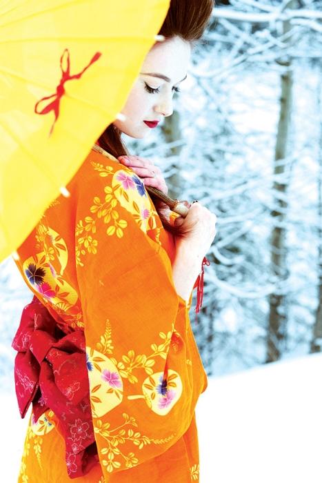 Оригинальная дизайнерская открытка «Рыжее солнце» выполнена из плотного матового картона. На лицевой стороне расположена репродукция фото-работы Вероники Дорофеевой с портретом девушки в японском стиле. Такая открытка станет великолепным дополнением к подарку или оригинальным почтовым посланием, которое, несомненно, удивит получателя своим дизайном и подарит приятные воспоминания.
