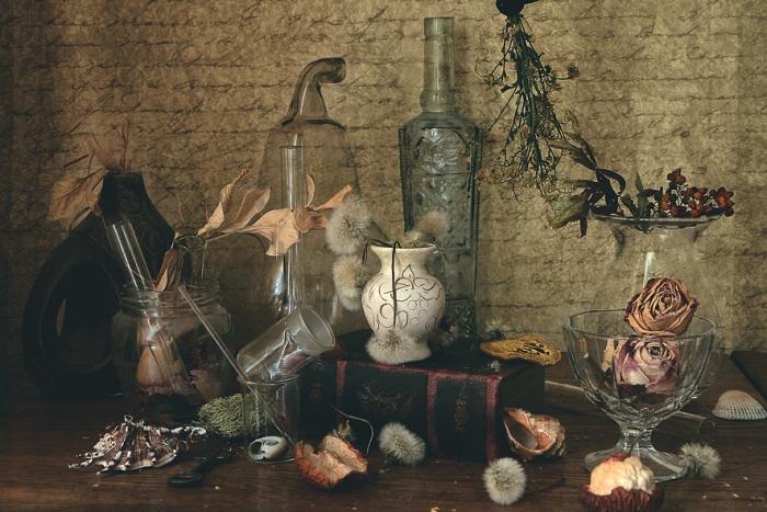Открытка Тайная комната. Автор Наталья КоваликОТКР №248Оригинальная дизайнерская открытка « Тайная комната» выполнена из плотного матового картона. На лицевой стороне расположена репродукция фото-работы Натальи Ковалик с вазами и бутылями. Такая открытка станет великолепным дополнением к подарку или оригинальным почтовым посланием, которое, несомненно, удивит получателя своим дизайном и подарит приятные воспоминания.