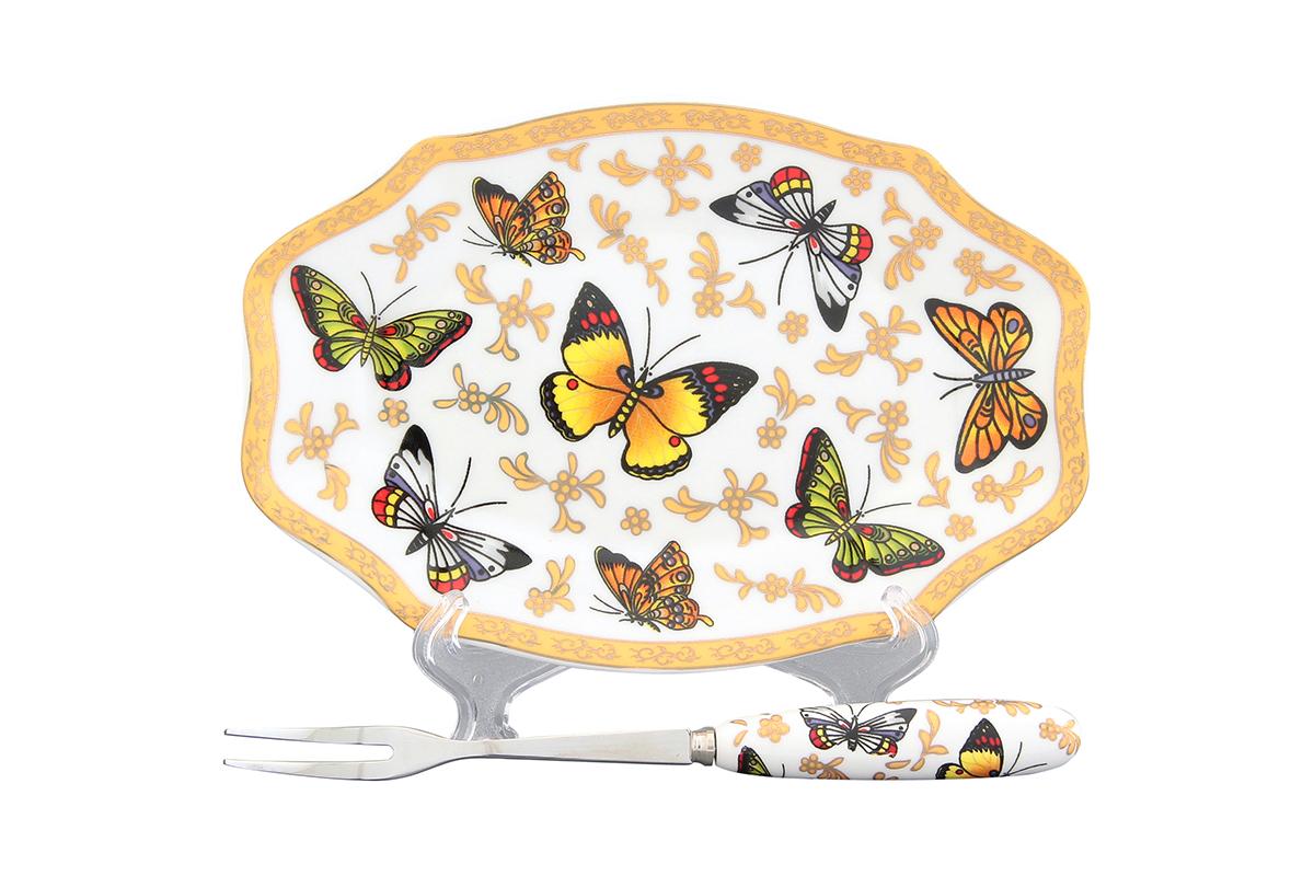 """Элегантная тарелка под лимон Elan Gallery """"Бабочки"""", изготовленная из  высококачественной керамики, поможет сервировать нарезанный дольками  лимон и другие  цитрусовые. Вилка, выполненная из металла, удобна и проста в использовании.  Ручка вилки выполнена из фарфора и оформлена изображением бабочек. Не рекомендуется применять абразивные моющие вещества. Не использовать в  микроволновой  печи.  Размер тарелки: 16 х 10,5 х 1,5 см.  Длина рабочей поверхности вилки: 3 см. Общая длина вилки: 15,5 см."""