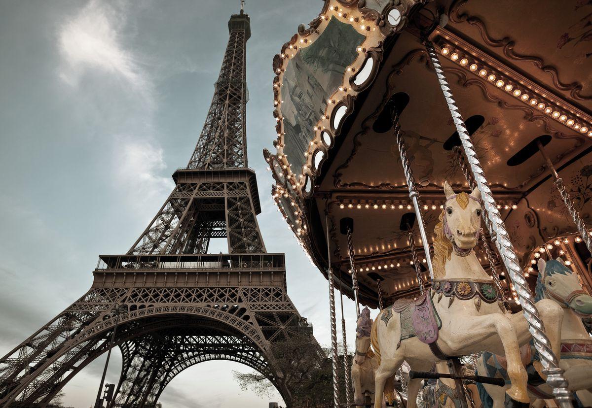 Фотообои Komar Парижская карусель, 1,84 х 1,27 м1-602Бумажные фотообои известного бренда Komar позволят создать неповторимый облик помещения, в котором они размещены. Фотообои наносятся на стены тем же способом, что и обычные обои. Благодаря превосходной печати и высококачественной основе такие обои будут радовать вас долгое время. Фотообои снова вошли в нашу жизнь, став модным направлением декорирования интерьера. Выбрав правильную фактуру и сюжет изображения можно добиться невероятного эффекта живого присутствия.Ширина рулона: 1,84 м.Высота полотна: 1,27 м. Клей в комплекте.
