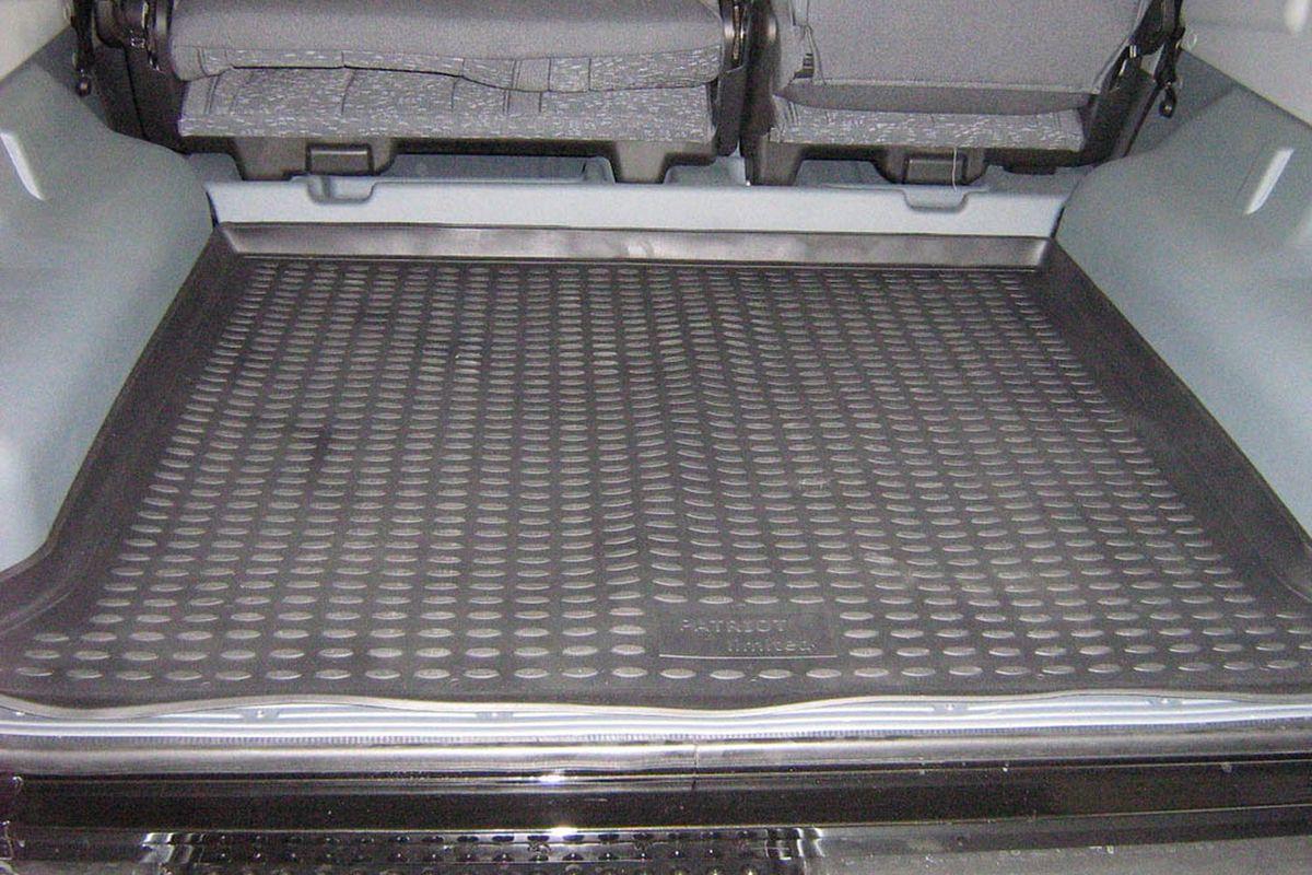 Коврик в багажник Novline-Autofamily, для УАЗ Patriot Limited (08/2005-2014), внедорожникNLC.54.05.B13Автомобильный коврик в багажник Novline-Autofamily позволит вам без особых усилий содержать в чистоте багажный отсек вашего авто и при этом перевозить в нем абсолютно любые грузы. Этот модельный коврик идеально подойдет по размерам багажнику вашего авто. Такое изделие гарантированно защитит багажник вашего автомобиля от грязи, мусора и пыли, которые постоянно скапливаются в этом отсеке. А кроме того, коврик не пропускает влагу. Все это надолго убережет важную часть кузова от износа. Коврик в багажнике сильно упростит для вас уборку. Тем более, что поддон достаточно просто вынимается и вставляется обратно. Мыть коврик для багажника из полиуретана можно любыми чистящими средствами или просто водой. При этом много времени у вас уборка не отнимет, ведь полиуретан устойчив к загрязнениям.Если вам приходится перевозить в багажнике тяжелые грузы, за сохранность автоковрика можете не беспокоиться. Он сделан из прочного материала, который не деформируется при механических нагрузках и устойчив даже к экстремальным температурам. А кроме того, коврик для багажника надежно фиксируется и не сдвигается во время поездки - это дополнительная гарантия сохранности вашего багажа.