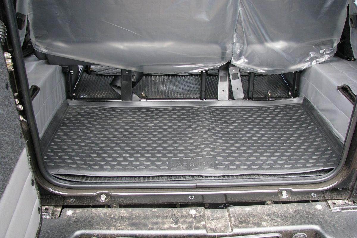 Коврик автомобильный Novline-Autofamily для УАЗ Hunter внедорожник 2003-, в багажник. NLC.54.06.B13NLC.54.06.B13Автомобильный коврик Novline-Autofamily, изготовленный из полиуретана, позволит вам без особых усилий содержать в чистоте багажный отсек вашего авто и при этом перевозить в нем абсолютно любые грузы. Этот модельный коврик идеально подойдет по размерам багажнику вашего автомобиля. Такой автомобильный коврик гарантированно защитит багажник от грязи, мусора и пыли, которые постоянно скапливаются в этом отсеке. А кроме того, поддон не пропускает влагу. Все это надолго убережет важную часть кузова от износа. Коврик в багажнике сильно упростит для вас уборку. Согласитесь, гораздо проще достать и почистить один коврик, нежели весь багажный отсек. Тем более, что поддон достаточно просто вынимается и вставляется обратно. Мыть коврик для багажника из полиуретана можно любыми чистящими средствами или просто водой. При этом много времени у вас уборка не отнимет, ведь полиуретан устойчив к загрязнениям.Если вам приходится перевозить в багажнике тяжелые грузы, за сохранность коврика можете не беспокоиться. Он сделан из прочного материала, который не деформируется при механических нагрузках и устойчив даже к экстремальным температурам. А кроме того, коврик для багажника надежно фиксируется и не сдвигается во время поездки, что является дополнительной гарантией сохранности вашего багажа.Коврик имеет форму и размеры, соответствующие модели данного автомобиля.