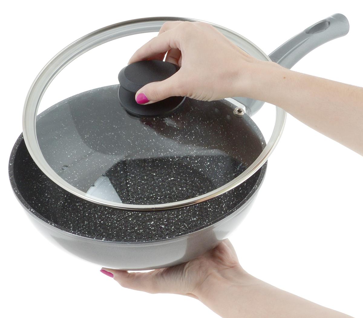 """Сковорода-вок """"Mayer & Boch"""" выполнена из литого алюминия  с антипригарным покрытием особой прочности Titanium Granit  и мраморной крошкой. Такое покрытие жаропрочное,  защищает сковороду от царапин, экологически чистое и  полностью безопасное, без вредных соединений и примесей.  Благодаря высокой теплопроводности алюминия, посуда  распределяет тепло по всей поверхности, экономя время и  энергию. Рифленое дно позволяет готовить с минимальным  количеством масла или без него. Эргономичная ручка,  выполненная из бакелита, не нагревается и не скользит, а  крышка из жаропрочного стекла с отверстием для вывода  пара позволит следить за процессом приготовления еды.   Подходит для всех типов плит, включая индукционных. Можно  мыть в посудомоечной машине.   Диаметр сковороды: 24 см. Высота стенки: 7 см.  Длина ручки: 18,8 см."""