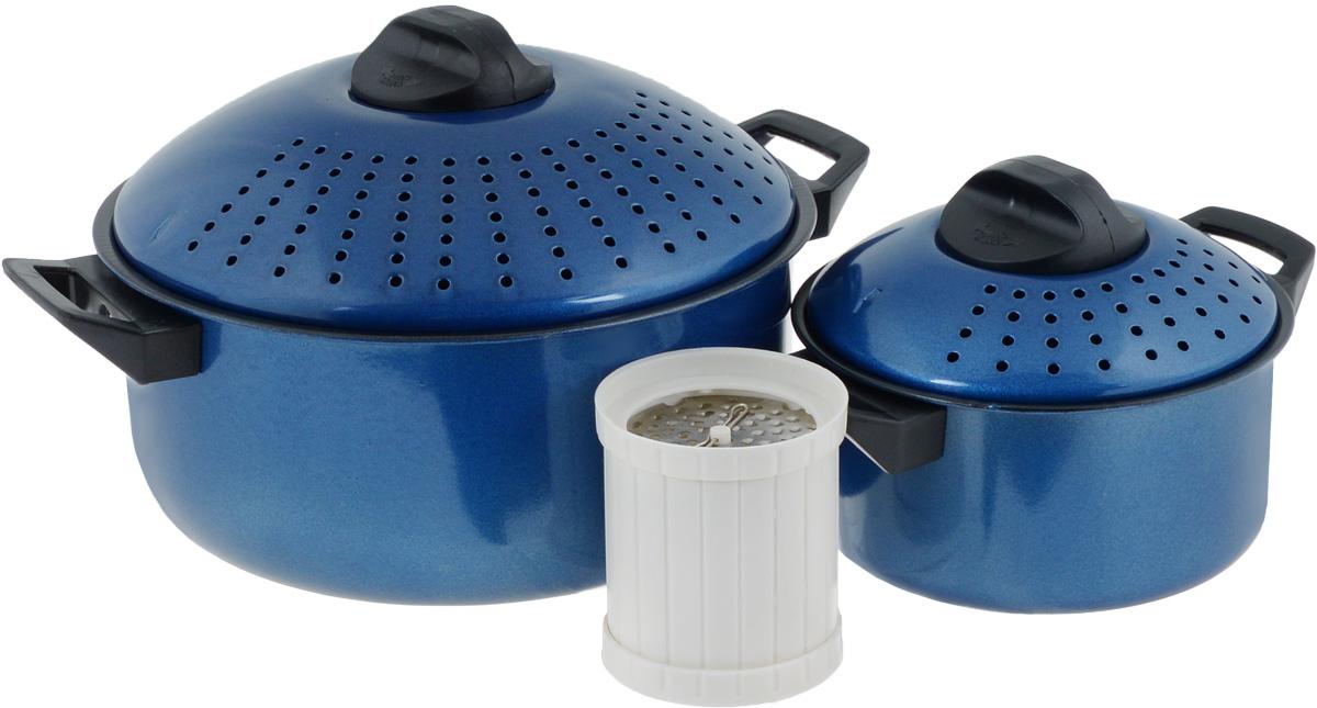 Набор кастрюль для приготовления макаронных изделий Mayer & Boch, с крышками, с антипригарным покрытием, цвет: синий, 5 предметов. 39923992-2Набор Mayer & Boch состоит из двух кастрюль разного объема. Изделия выполнены из высококачественного металла с антипригарным покрытием. Крышки выпуклой формы снабжены отверстиями для слива жидкости. Ненагревающиеся термостойкие ручки из бакелита обеспечат безопасный и удобный хват. В комплект входит специальная терка для сыра. Такой набор предназначен специально для варки спагетти, овощей и других блюд, которые нуждаются в процеживании. Внешняя и внутренняя обработка поверхности гарантирует элегантный внешний вид, а также простое и быстрое мытье.Кастрюли подходят для всех типов плит, включая индукционные. Можно мыть в посудомоечной машине. Объем кастрюль: 2 л; 4 л.Диаметр кастрюль: 18 см; 26 см. Ширина кастрюль с учетом ручек: 23 см; 33 см. Высота стенок кастрюль: 9 см; 12 см.Высота кастрюль с учетом крышек: 13,5 см; 18 см. Размер терки: 8 х 8 х 9,5 см.