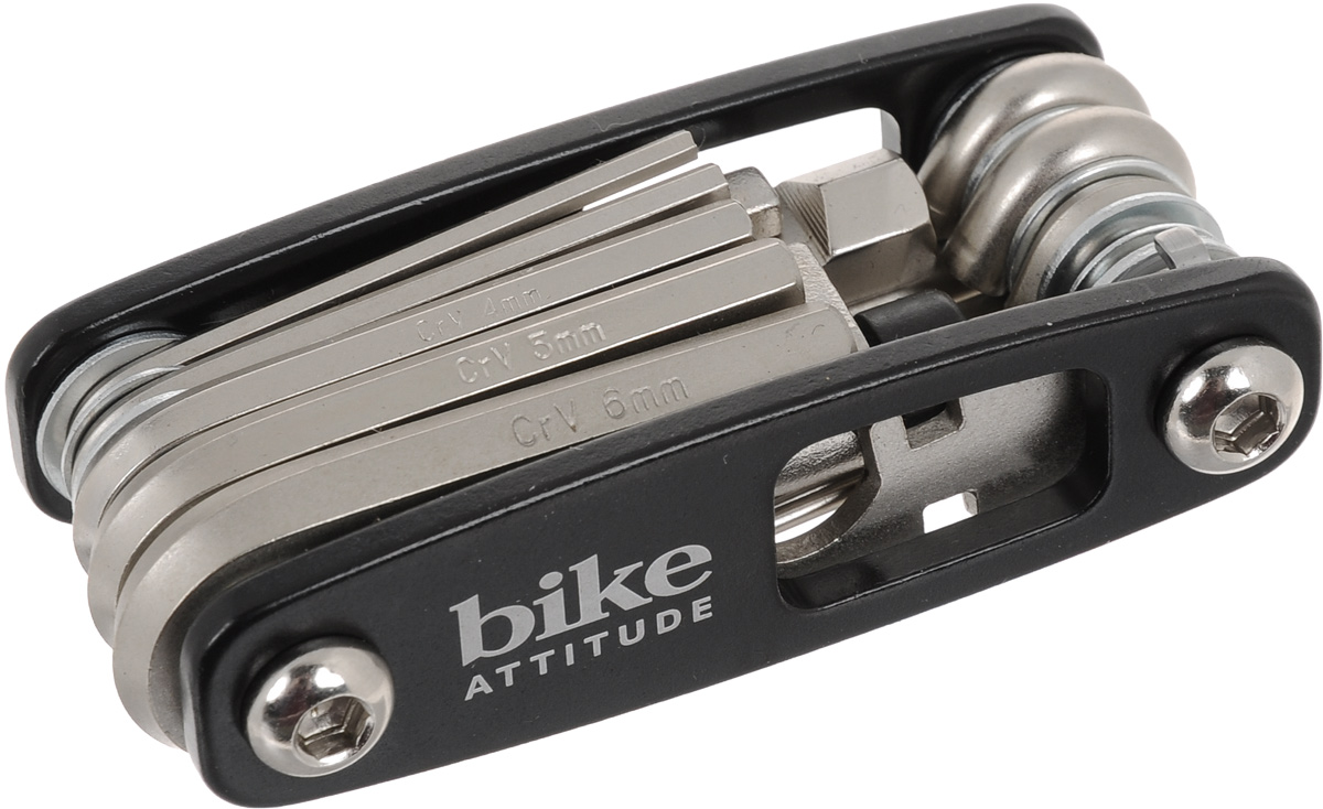 Набор ключей Bike Attitude МТ98А, с отвертками и выжимкой для цепи, 17 предметовDTL0-MT98A-BA01Набор Bike Attitude МТ98А состоит из 6 шестигранных ключей, ключа для спиц, выжимки для цепи, 4 отверток: мелкой крестовой, мелкой плоской, большой крестовой и большой плоской. Все предметы, кроме выжимки для цепи, надежно расположенных в держателе. Набор небольшой и компактный, что делает его незаменимой вещью при велопрогулках и в хозяйстве.Размеры шестигранных ключей: 2 мм, 2,5 мм, 3 мм, 4 мм, 5 мм, 6 мм.Гид по велоаксессуарам. Статья OZON Гид