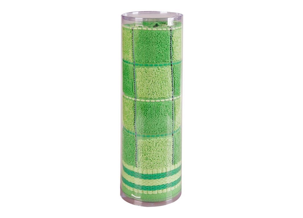 Полотенце махровое Soavita Шахматы, цвет: зеленый, 68 х 135 см82985Махровое полотно создается из хлопковых нитей, которые, в свою очередь, прядутся из множества хлопковых волокон. Чем длиннее эти волокна, тем прочнее будет нить, и, соответственно, изделие. Длина составляющих хлопковую нить волокон влияет и на фактуру получаемой ткани: чем они длиннее, тем мягче и пушистее получится махровое изделие, тем лучше будет впитывать изделие воду. Хотя на впитывающие качество махры – ее гигроскопичность, не в последнюю очередь влияет состав волокна. Мягкая махровая ткань отлично впитывает влагу и быстро сохнет. Soavita – это популярный бренд домашнего текстиля. Дизайнерская студия этой фирмы находится во Флоренции, Италия. Производство перенесено в Китай, чтобы сделать продукцию более доступной для покупателей. Таким образом, вы имеете возможность покупать продукцию европейского качества совсем не дорого. Домашний текстиль прослужит вам долго: все детали качественно прошиты, ткани очень плотные, рисунок наносится безопасными для здоровья красителями, не линяет и держится много лет. Все изделия упакованы в подарочные упаковки.