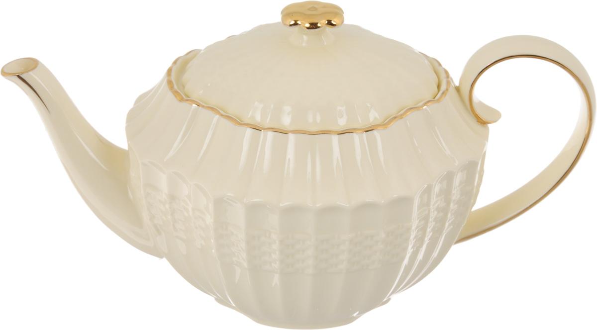 Чайник заварочный Patricia Грейс Голд, 1 лIM52-4001Заварочный чайник Patricia Грейс Голд изготовлен из высококачественного фарфора с глазурованным покрытием. Изделие оформлено рельефным рисунком и деколью. Чайник снабжен удобной ручкой. В основании носика расположены фильтрующие отверстия от попадания чаинок в чашку. Любой чай в таком изысканном чайнике станет для вас наслаждением, поводом отдохнуть и перевести дыхание. Он прекрасно украсит сервировку стола к чаепитию. Благодаря красивому утонченному дизайну, качеству исполнения и большому объему он станет хорошим подарком друзьям и близким. Не рекомендуется мыть в посудомоечной машине и использовать в микроволновой печи. Размер (по верхнему краю): 12 х 9,5 см. Внутренний размер: 10,5 х 8 см.Высота чайника (без учета крышки): 11,7 см.