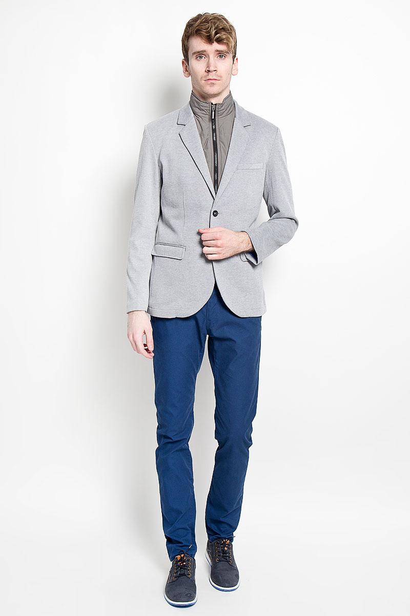 Пиджак мужской с жилетом Tom Tailor, цвет: светло-серый меланж. 3922413.00.15_2505. Размер XL (52)3922413.00.15_2505Стильный мужской пиджак Tom Tailor, изготовленный из хлопка с добавлением полиэстера, не сковывает движений, обеспечивая наибольший комфорт.Модель с длинными рукавами и воротником с лацканами застегивается спереди на две пуговицы. Пиджак дополнен двумя прорезными карманами скрытыми под клапанами и прорезным нагрудным кармашком. На внутренней стороне - два прорезных кармана, один из которых застегивается на пуговицу. На спинке предусмотрена шлица, расположенная в среднем шве. Модель дополнена съемным жилетом который застегивается на застежку-молнию.Этот модный пиджак станет отличным дополнением к вашему гардеробу.