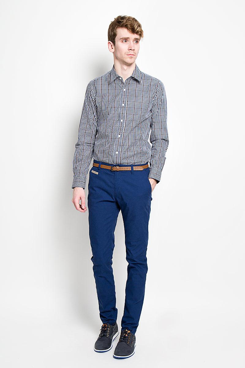 Брюки мужские Tom Tailor, цвет: ярко-синий. 6404127.00.10_6845. Размер 31-34 (46/48-34)6404127.00.10_6845Стильные мужские брюки Tom Tailor подарят вам комфорт и позволят подчеркнуть ваш неповторимый стиль. Брюки слегка зауженного к низу кроя и средней посадки изготовлены из хлопка с добавлением полиамида и не сковывают движения. Брюки на поясе застегиваются на пластиковую пуговицу и ширинку на металлической застежке-молнии, имеют шлевки для ремня. Спереди модель дополнена двумя втачными карманами со скошенными краями и одним маленьким прорезным кармашком, а сзади - двумя прорезными карманами на застежках-пуговицах. Сзади модель оформлена небольшой металлической нашивной с названием бренда. Брюки дополнены стильным ремнем контрастного цвета.Эти модные и в тоже время комфортные брюки послужат отличным дополнением к вашему гардеробу. В них вы всегда будете чувствовать себя уютно и комфортно.