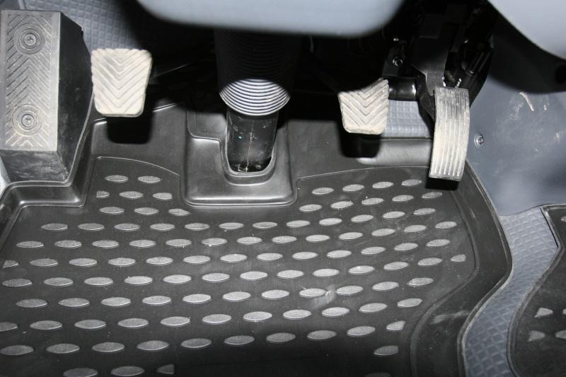 Набор автомобильных ковриков Novline-Autofamily для Kia Bongo 3 2011-, в салон, 2 штNLC.25.39.210hНабор автомобильных ковриков Novline-Autofamily, изготовленный из полиуретана, состоит из 2 ковриков, которые учитывают все особенности каждой модели автомобиля и полностью повторяют контуры пола. Полиуретановые автомобильные коврики для салона произведены из высококачественного материала, который держит форму, прочный и не пачкает обувь. Коврики в салон не только улучшат внешний вид салона вашего автомобиля, но и надежно уберегут его от пыли, грязи и сырости, а значит, защитят кузов от коррозии. Полиуретановые коврики для автомобиля гладкие, приятные и не пропускают влагу. Ковры для автомобилей надежно крепятся на полу и не скользят, что очень важно во время движения. Чистятся коврики очень просто: как при помощи автомобильного пылесоса, так и различными моющими средствами. Набор подходит для Kia Bongo 3 с 2011 года выпуска.