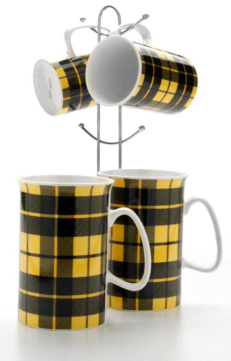 Набор кружек Loraine, на подставке, цвет: желтый, черный, 5 предметов. 2421024210Набор Loraine состоит из 4 кружек и подставки. Кружки изготовлены из глазурованной керамики и украшены узором клетка. Теплостойкие ручки обеспечивают комфортное использование. Кружки подходят для горячих и холодных напитков. Изящный дизайн придется по вкусу и ценителям классики, и тем, кто предпочитает современный стиль. Он настроит на позитивный лад и подарит хорошее настроение с самого утра. В комплекте - металлическая подставка с крючками для подвешивания кружек. Набор кружек - идеальный и необходимый подарок для вашего дома и для ваших друзей на праздники, юбилеи и торжества. Кружки подходят для мытья в посудомоечной машине, можно использовать в СВЧ и ставить в холодильник. Объем кружек: 320 мл. Диаметр кружки (по верхнему краю): 7,5 см. Высота кружки: 11 см. Размер подставки: 13 х 13 х 26,5 см.
