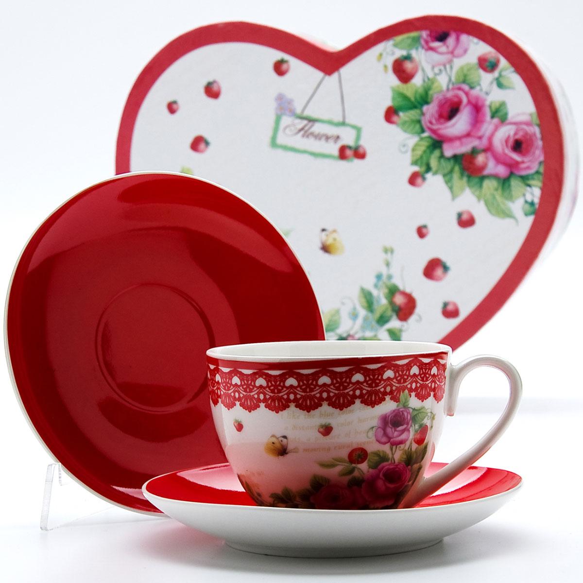 Чайная пара Mayer & Boch Клубничка, 4 предмета22994Этот чайный набор, выполненный из высококачественного костяного фарфора, состоит из двух чашек и двух блюдец. Предметы набора оформлены ярким изображением цветов. Изящный дизайн и красочность оформления придутся по вкусу и ценителям классики, и тем, кто предпочитает утонченность и изысканность. Чайный набор - идеальный и необходимый подарок для вашего дома и для ваших друзей в праздники, юбилеи и торжества! Он также станет отличным корпоративным подарком и украшением любой кухни. Чайный набор упакован в подарочную коробку в форме сердца из плотного цветного картона. Внутренняя часть коробки задрапирована белым атласом.