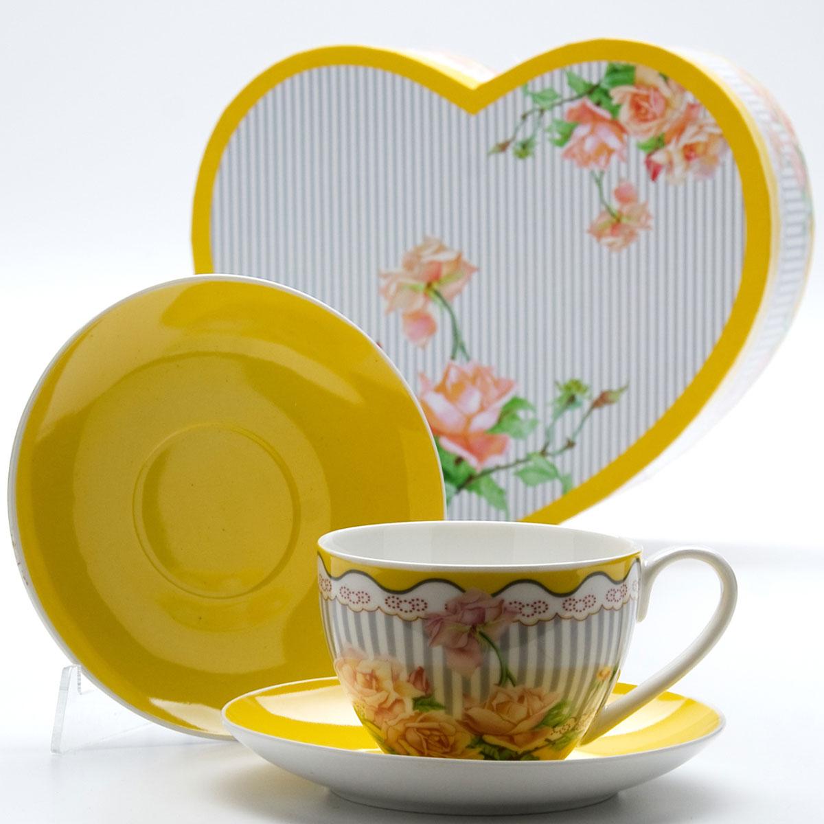 Чайная пара Mayer & Boch Садовые розы, 4 предмета. 2299522995Чайный набор выполнен из высококачественного костяного фарфора и состоит из двух чашек, украшенных рисунком, и двух ярких цветных блюдец. Чашки имеют рельефную поверхность. Чайный набор упакован в подарочную коробку в форме сердца из плотного цветного картона.Объем чашки: 220 мл.