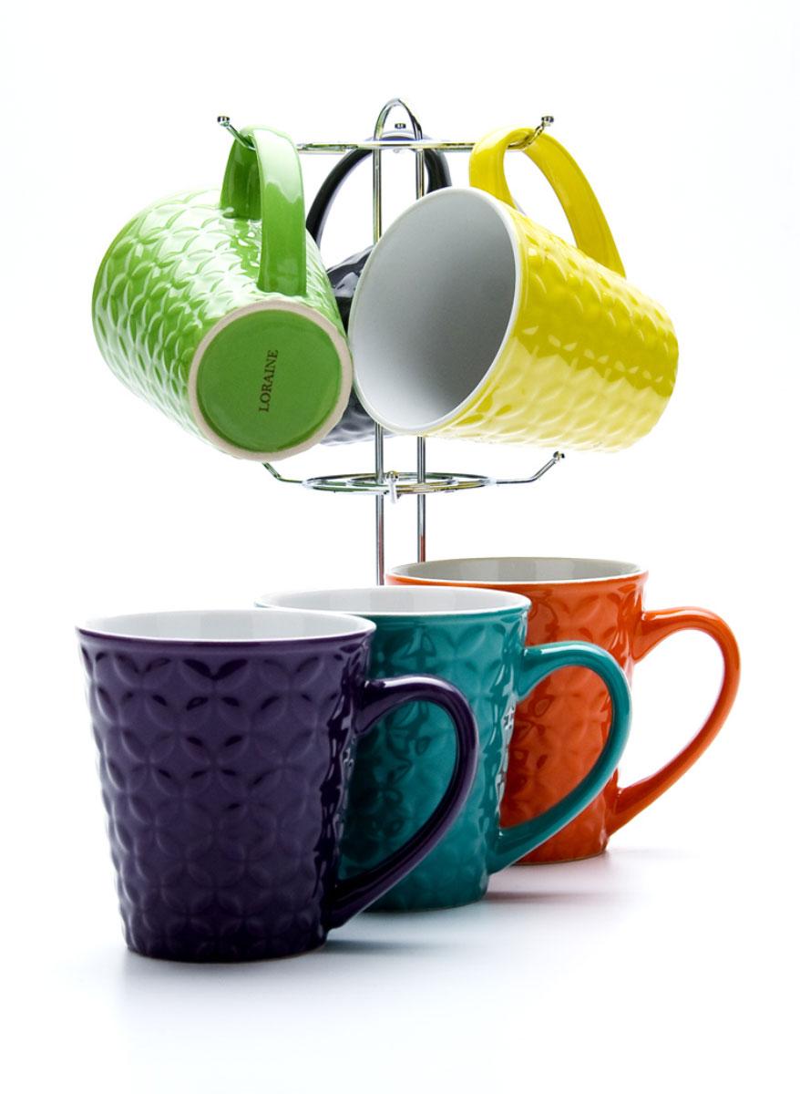 Набор кружек Loraine, на подставке, 350 мл, 6 шт. 2313823138Набор Loraine включает в себя 6 кружек, выполненных из высококачественной керамики. Кружки компактно размещаются на подставке из хромированного металла. Они являются экологически безопасными, так как не содержат кадмия и свинца. Кружки можно использовать в духовке, микроволновой печи и холодильнике, а также мыть в посудомоечной машине.