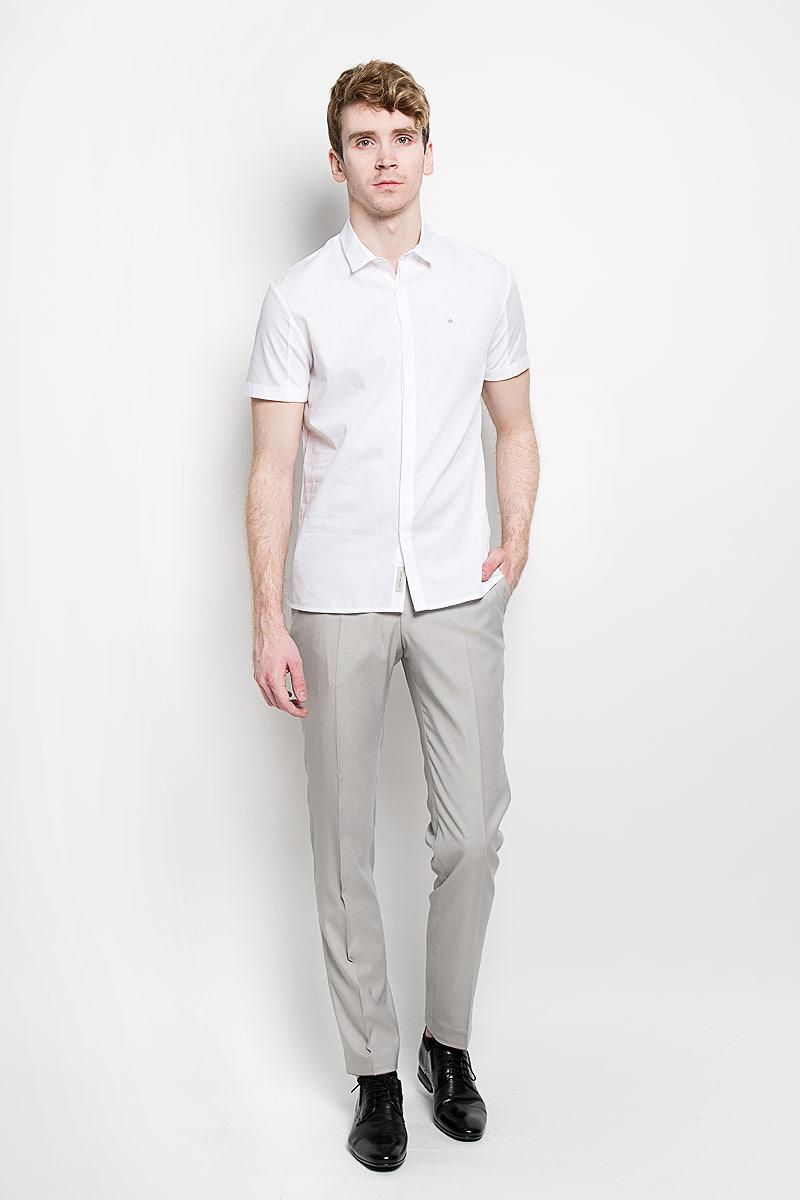 Рубашка мужская Calvin Klein Jeans, цвет: белый. J3IJ303704_1120. Размер L (48/50)88001-01Стильная мужская рубашка Calvin Klein Jeans, изготовленная из высококачественного хлопка, необычайно мягкая и приятная на ощупь, не сковывает движения и позволяет коже дышать, обеспечивая наибольший комфорт.Модная рубашка приталенного кроя с отложным воротником и короткими рукавами застегивается на металлические пуговицы по всей длине изделия, которые скрыты планкой. Спинка модели выполнена из трикотажного материала. На рукавах также имеются трикотажные вставки. Рубашка оформлена фирменной вышивкой на груди слева. Эта рубашка идеально подойдет для повседневного гардероба.Такая модель порадует настоящих ценителей комфорта и практичности!