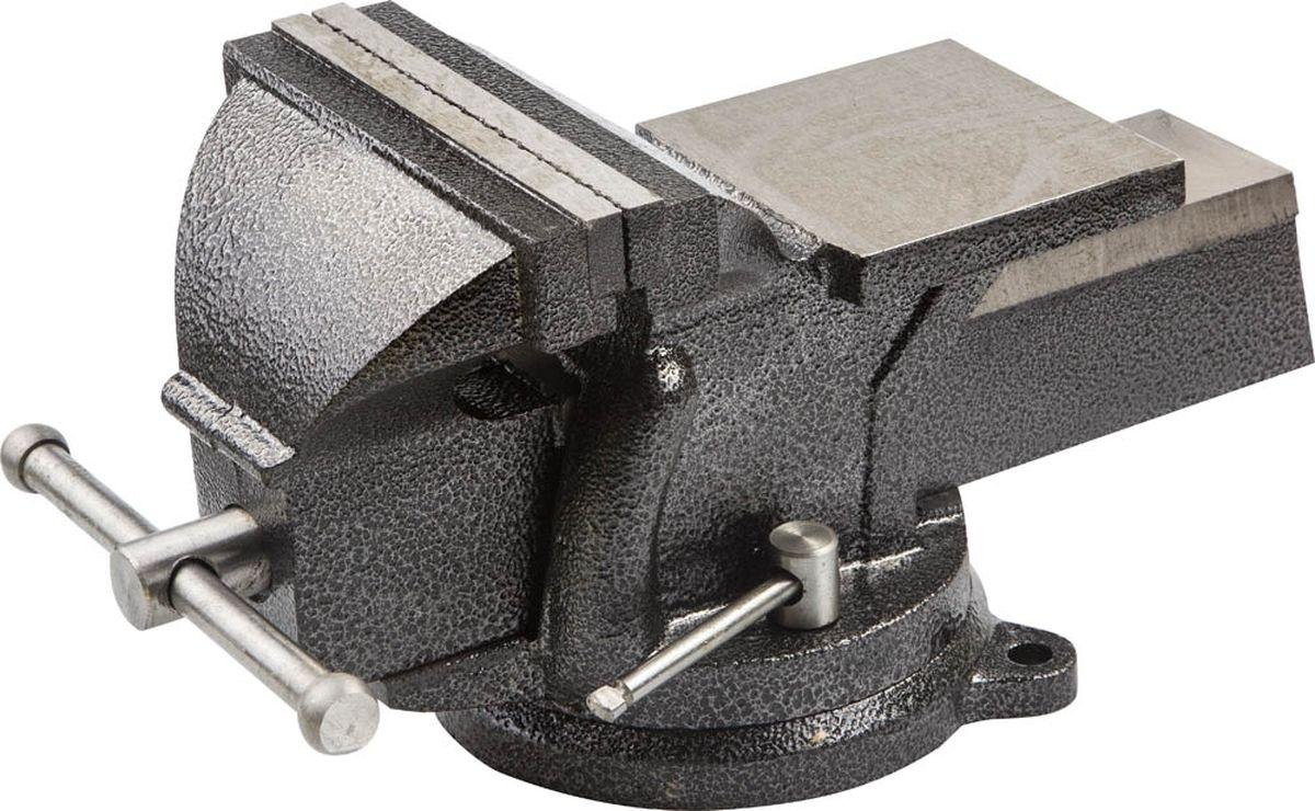 Тиски слесарные Stayer Standard, с поворотным основанием, 150 мм, 12,5 кг3254-150Тиски слесарные с ручным приводом Stayer Standard предназначены для прочного закрепления деталей при выполнении различных слесарных работ. Отличаются увеличенным весом, придающим конструкции особую надежность и долговечность. Корпус и подвижная планка изготовлены из высококачественного чугуна. Губки из упрочненной Hi-Q стали закалены и отшлифованы. Специальные рифления на рабочей поверхности губок гарантируют точность и безопасность крепления деталей. Поворотное основание позволяет перемещать корпус тисков в горизонтальной плоскости и фиксировать его в необходимом положении при помощи зажимных винтов. На корпусе тисков имеется наковальня для выполнения слесарных работ.Ширина губок: 15 см.Вес тисков: 12,5 кг.