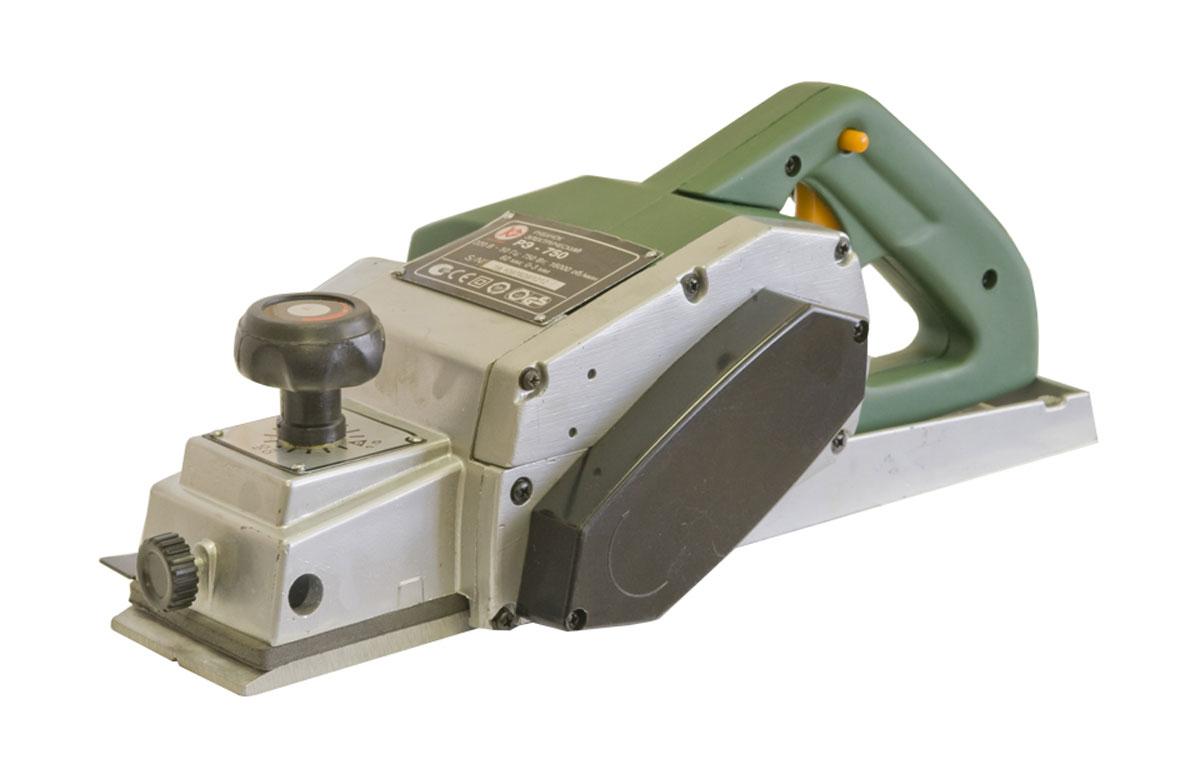 Рубанок электрический Калибр РЭ-75011304Мощный электрический рубанок Калибр РЭ- 750 относится к категории ручных столярных инструментов и предназначен для проведения строительных и ремонтных работ различной сложности в домашних условиях. Электрический рубанок, являясь прямым преемником обычного механического рубанка, значительно упрощает проведение работ по строганию, или обтесыванию древесных поверхностей, позволяя добиться горизонтально ровной поверхности, а так же подгонять по размеру доски и брусья путём выравнивания их профиля и уменьшения ширины в продольном сечении.Характеристики: Максимальная потребляемая мощность: 750.Максимальное число оборотов холостого хода: 16500.Ширина обработки: 82.Максимальная глубина строгания: 2.