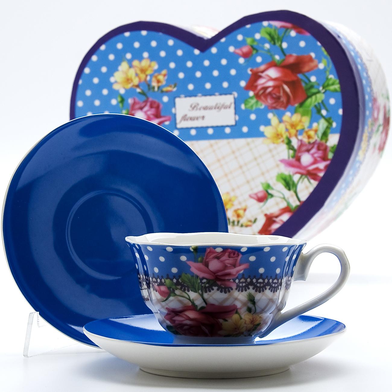 Чайная пара Mayer & Boch Букет, 4 предметаDL-RF6-176Чайный набор выполнен из высококачественного костяного фарфора и состоит из двух чашек, украшенных рисунком, и двух ярких цветных блюдец. Чашки имеют рельефную поверхность.Чайный набор упакован в подарочную коробку в форме сердца из плотного цветного картона. Объем чашки: 200 мл.