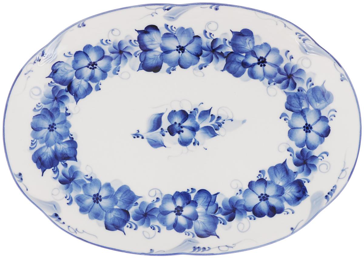Блюдо Гжельские узоры, цвет: белый, синий, 32 х 23 х 3 см. 993057301993057301Блюдо Гжельские узоры выполнено из высококачественной керамики и украшено легкой росписью кобальтом, которая сочетает простые линии и орнаменты с красивыми цветочными узорами. Изделие предназначено для красивой сервировки стола. Гжель - один из традиционных российских центров производства керамики и известный народный художественный промысел России. Производят изделия в Московской области, в обширном районе из 27 деревень, называемых Гжельский куст. Профессиональные мастера сохраняют традиции росписи и создают истинные шедевры. Ей характерна изящная роспись в синих тонах на белом фоне. Традиционными считаются изображения птиц, цветов и узоров.Обращаем ваше внимание, что роспись на изделии сделана вручную. Рисунок может немного отличаться от изображения на фотографии. Размер: 32 х 23 х 3 см.