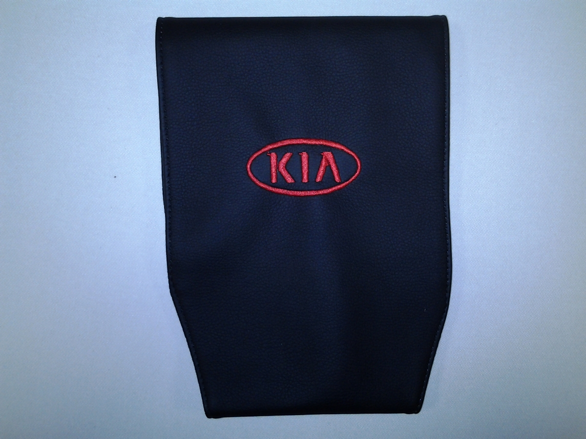 Чехол на подголовник Auto Premium KIA, 2 шт67115Простая, эффектная и эффективная защита подголовника автомобиля. Накладка легко закрепляется вокруг подголовника и служит надежной защитой от загрязнения. В отличие от ткани экокожа более практичный, износостойкий и долговечный материал, такой чехол легко чистится влажной тряпкой.