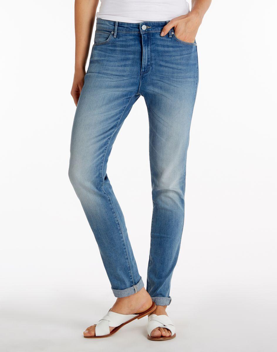 Джинсы женские Wrangler, цвет: синий. W26Q8972N. Размер 30-34 (46-34)W26Q8972NСтильные женские джинсы Wrangler выполнены хлопка с добавлением эластамультиэстера и эластана. Модель слегка зауженного книзу силуэта и стандартной посадки. Застегиваются джинсы на пуговицу и ширинку на застежке-молнии, также имеются шлевки для ремня. Спереди модель оформлена двумя втачными карманами и одним небольшим накладным кармашком, а сзади - двумя накладными карманами. Оформлено изделие эффектом потертости.