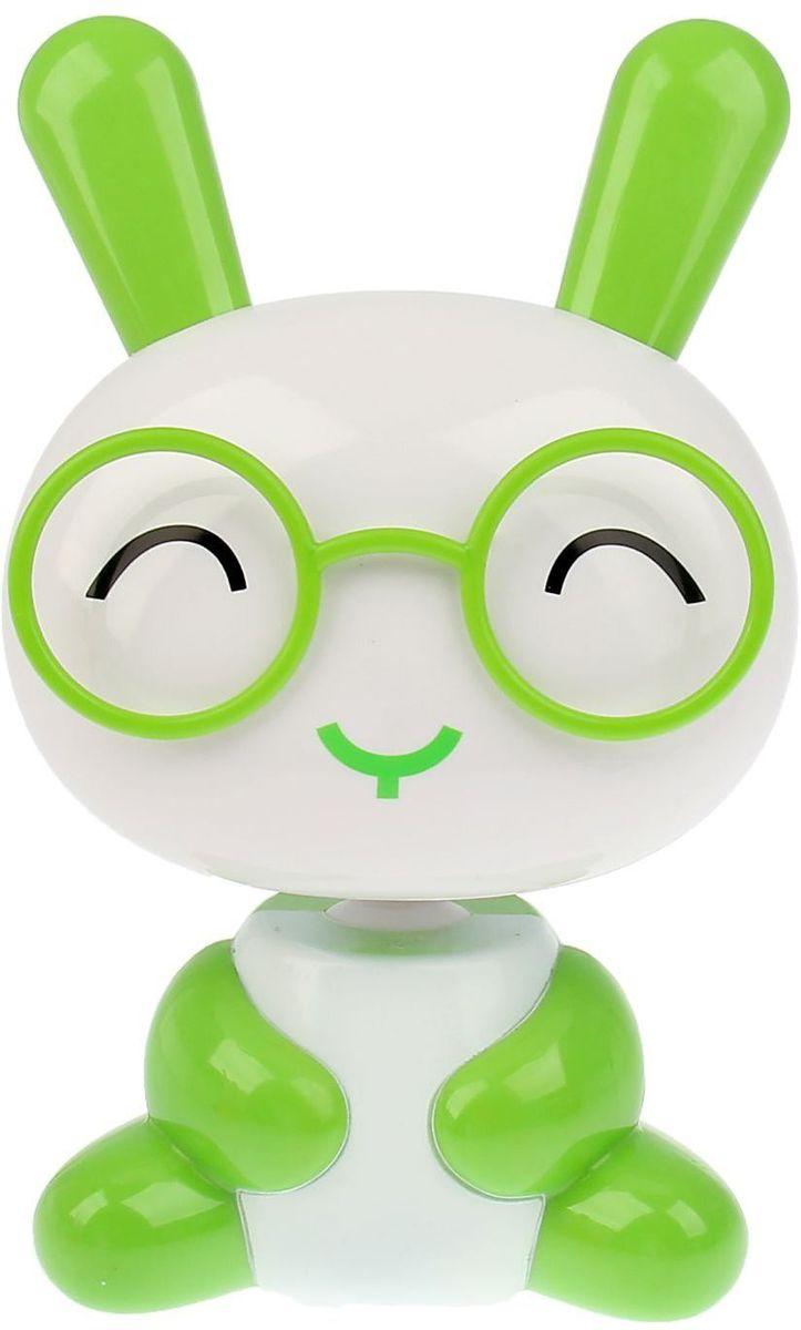 Sima-land Светильник Зайчонок в очках цвет зеленый белый1111628Сегодня особо ценятся уникальные креативные предметы интерьера, и светильник Sima-land Зайчонок в очках как раз из их числа. Светильник выполнен из качественного пластика в виде зайчика в очках. На тыльной поверхности головы зайчика расположены 16 светодиодов, которые включаются посредством кнопки на спине зайчика. 2 режима свечения: 8 светодиодов и 16 светодиодов. Голова зайчика поднимается на телескопической ножке и может наклоняться на 180°. Ваш малыш обрадуется такой интересной вещице, отлично вписывающейся в интерьер детской комнаты. Пусть этот милый забавный дружок будет и вашим верным помощником. Оставляйте свет включённым, если ребёнок боится засыпать в темноте, и будьте уверены, что тёплое освещение не помешает ему погрузиться в царство Морфея. Светильник работает от встроенного аккумулятора. Зарядка осуществляется от USB-порта (зарядное устройство в комплекте) или от сети (шнур питания приобретается отдельно).
