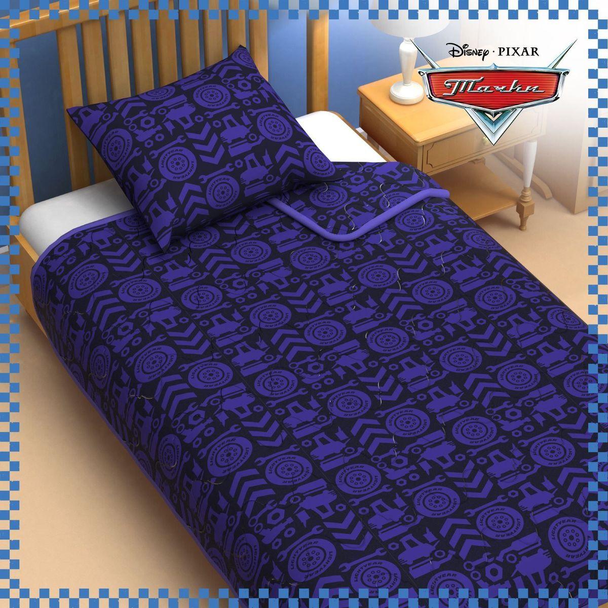 Disney Одеяло 1,5 спальное Тачки цвет синий 140 х 205 см1153171Сказочные сны с любимыми героями Disney.Маленький любитель мультфильмов Disney будет в восторге от этого яркого одеяла! Оно подарит крохе захватывающие сны и по-настоящему доброе утро.Почему? Потому что одеяло изготовлено в России на современном оборудовании, а при нанесении рисунка использовались только качественные европейские красители. Над дизайном работала команда настоящих мастеров своего дела: очаровательные персонажи мультфильмов, детально проработанная картинка, гармоничное сочетание цветов - всё это результат их кропотливой работы. В качестве наполнителя для изделия используется файбер - практичный, безопасный и мягкий материал. Именно поэтому одеяло: - поддерживает комфортную температуру тела во время сна; - не способствует появлению аллергии и раздражения; - позволяет коже дышать и впитывает влагу; - хорошо переносит многочисленные стирки, сохраняя первоначальную форму и внешний вид. Чехол выполнен из поплина - прочной, невероятно приятной на ощупь хлопковой ткани, которая хорошо поддаётся окрашиванию и также позволяет коже дышать. Чехол: хлопок 100 %, поплин 125 г/м2.Наполнитель: файбер 200 г/м2. Рекомендации по уходу за изделием: стирайте при температуре не выше 40 °C без использования отбеливателей. Сушите в горизонтальном положении.