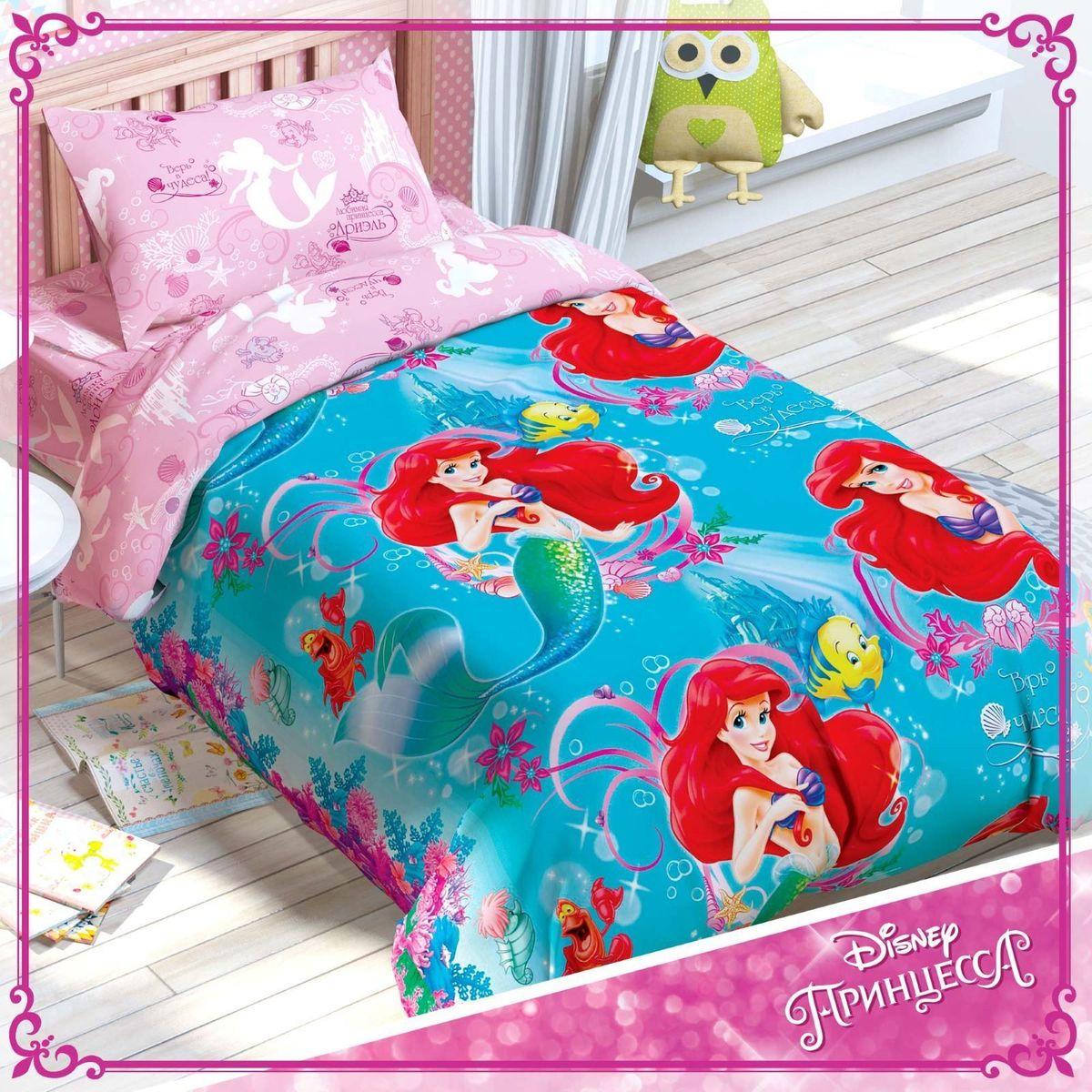 Disney КПБ 1,5 спальное Принцессы Русалочка Ариель1317319Постельное бельё для самой очаровательной девчонки!Превратить детскую в настоящую сказочную страну, подарить маленькой поклоннице диснеевских мультфильмов сны, полные удивительных приключений и волшебства, обеспечить дочке комфорт и уют на протяжении всей ночи — всё это легко сделать с комплектом «Минни Маус: Гламурные подружки».Над дизайном этого постельного белья работала команда настоящих мастеров своего дела! На внешней стороне пододеяльника разместился основной мотив: яркий, динамичный и запоминающийся рисунок, дополненный надписями на русском языке. В качестве основы для наволочек, простыни и внутренней стороны пододеяльника используется светлая ткань-компаньон: принт здесь более спокойный, но не менее красивый!Кроха будет в восторге!А заботливых родителей порадует качество. Бельё изготовлено на современном оборудовании в России под тщательным контролем на каждой стадии производства. В работе использовался только натуральный, экологически чистый хлопок и безопасные европейские красители. Именно поэтому комплект:невероятно приятный на ощупь, подходит для детей с чувствительной кожей;позволяет коже дышать;отлично впитывает влагу;не вызывает аллергию;прост в уходе и долговечен.В комплект входит: пододеяльник (143 х 215 см), простыня (150 х 214 см) и одна наволочка (50 х 70 см).При соблюдении простых рекомендаций по уходу за изделием постельное бельё прослужит длительный срок, сохранив яркость красок и нежность ткани. Стирать бельё нужно при температуре не выше сорока градусов без использования отбеливающих средств. Гладить — при температуре не более 150 °C. Химчистка запрещена.