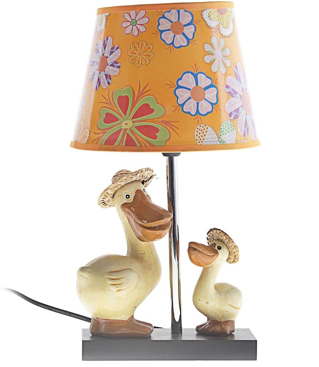 Лампа настольная Два утенка147809Детям веселей, когда их окружают яркие вещицы. Поэтому стоит продумать даже то, как будет выглядеть дополнительный источник света в комнате вашего малыша. Чаще всего подобные светильники ставят на прикроватную тумбочку или письменный стол, чтобы в комнате не оставалось неосвещённого пространства.Чтобы не оставлять своего маленького шалуна в полной темноте, просто «зажгите» светильник детский белый, с ним будет спокойней и вам и ребёнку.*Размещайте провода и другие, не предназначенные для детских ручек детали, таким образом, чтобы ваш шалун до них не дотянулся.