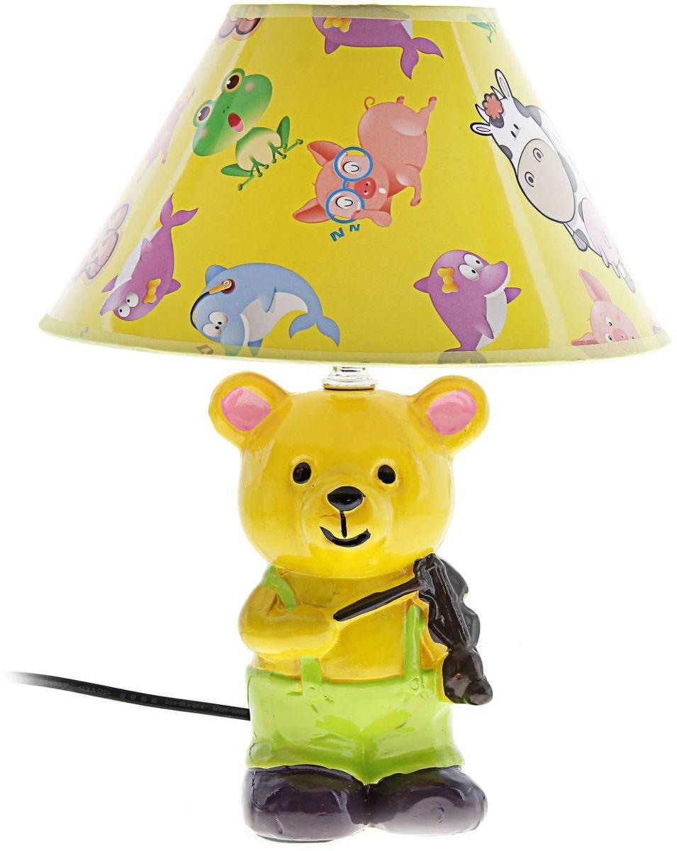 Лампа настольная Мишка-скрипач147810Детям веселей, когда их окружают яркие вещицы. Поэтому стоит продумать даже то, как будет выглядеть дополнительный источник света в комнате вашего малыша. Чаще всего подобные светильники ставят на прикроватную тумбочку или письменный стол, чтобы в комнате не оставалось неосвещённого пространства.Чтобы не оставлять своего маленького шалуна в полной темноте, просто «зажгите» светильник детский белый, с ним будет спокойней и вам и ребёнку.*Размещайте провода и другие, не предназначенные для детских ручек детали, таким образом, чтобы ваш шалун до них не дотянулся.