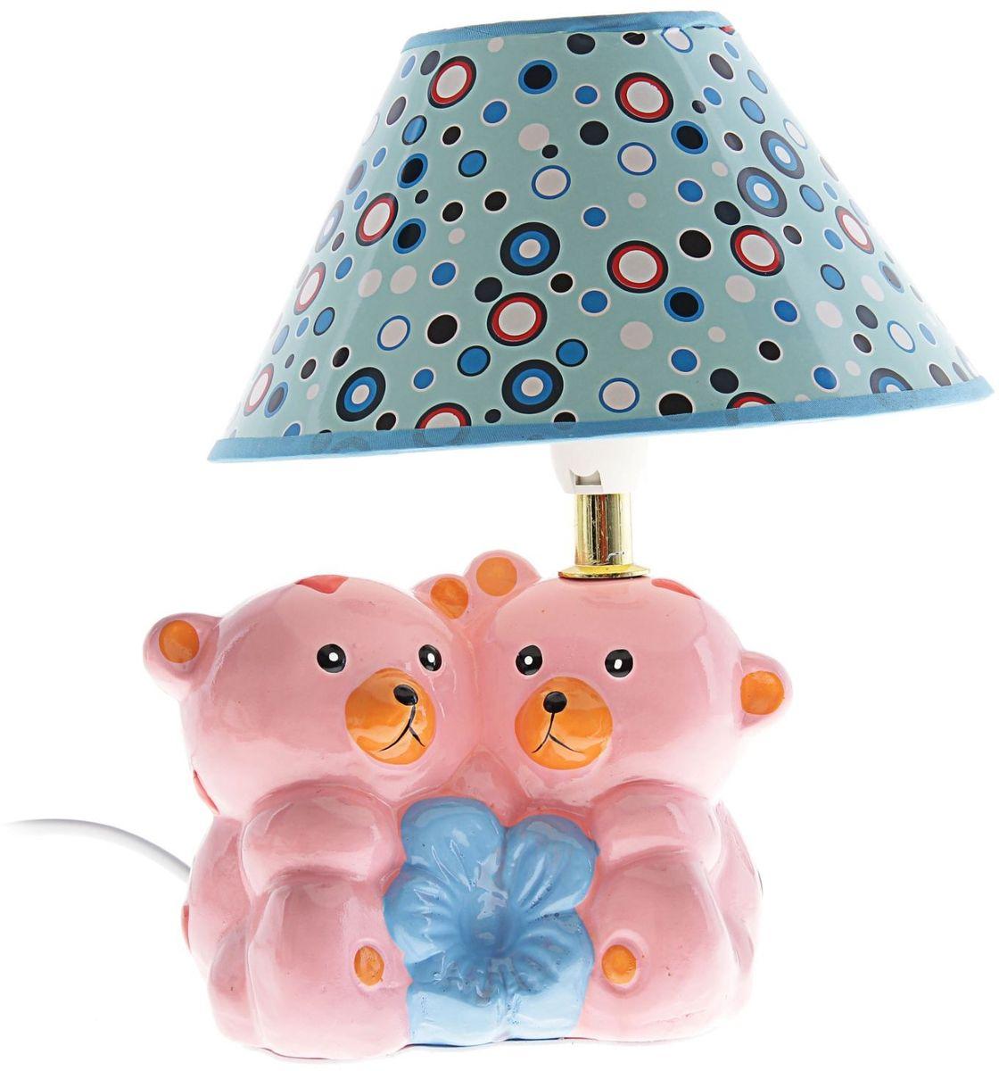 Лампа настольная Розовые мишки147824Детям веселей, когда их окружают яркие вещицы. Поэтому стоит продумать даже то, как будет выглядеть дополнительный источник света в комнате вашего малыша. Чаще всего подобные светильники ставят на прикроватную тумбочку или письменный стол, чтобы в комнате не оставалось неосвещённого пространства.Чтобы не оставлять своего маленького шалуна в полной темноте, просто «зажгите» светильник детский белый, с ним будет спокойней и вам и ребёнку.*Размещайте провода и другие, не предназначенные для детских ручек детали, таким образом, чтобы ваш шалун до них не дотянулся.