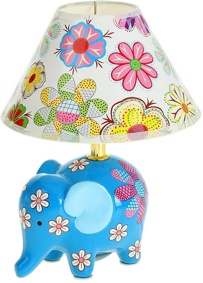 Лампа настольная Слоник в цветах голубой185137Детям веселей, когда их окружают яркие вещицы. Поэтому стоит продумать даже то, как будет выглядеть дополнительный источник света в комнате вашего малыша. Чаще всего подобные светильники ставят на прикроватную тумбочку или письменный стол, чтобы в комнате не оставалось неосвещённого пространства.Чтобы не оставлять своего маленького шалуна в полной темноте, просто «зажгите» светильник детский белый, с ним будет спокойней и вам и ребёнку.*Размещайте провода и другие, не предназначенные для детских ручек детали, таким образом, чтобы ваш шалун до них не дотянулся.