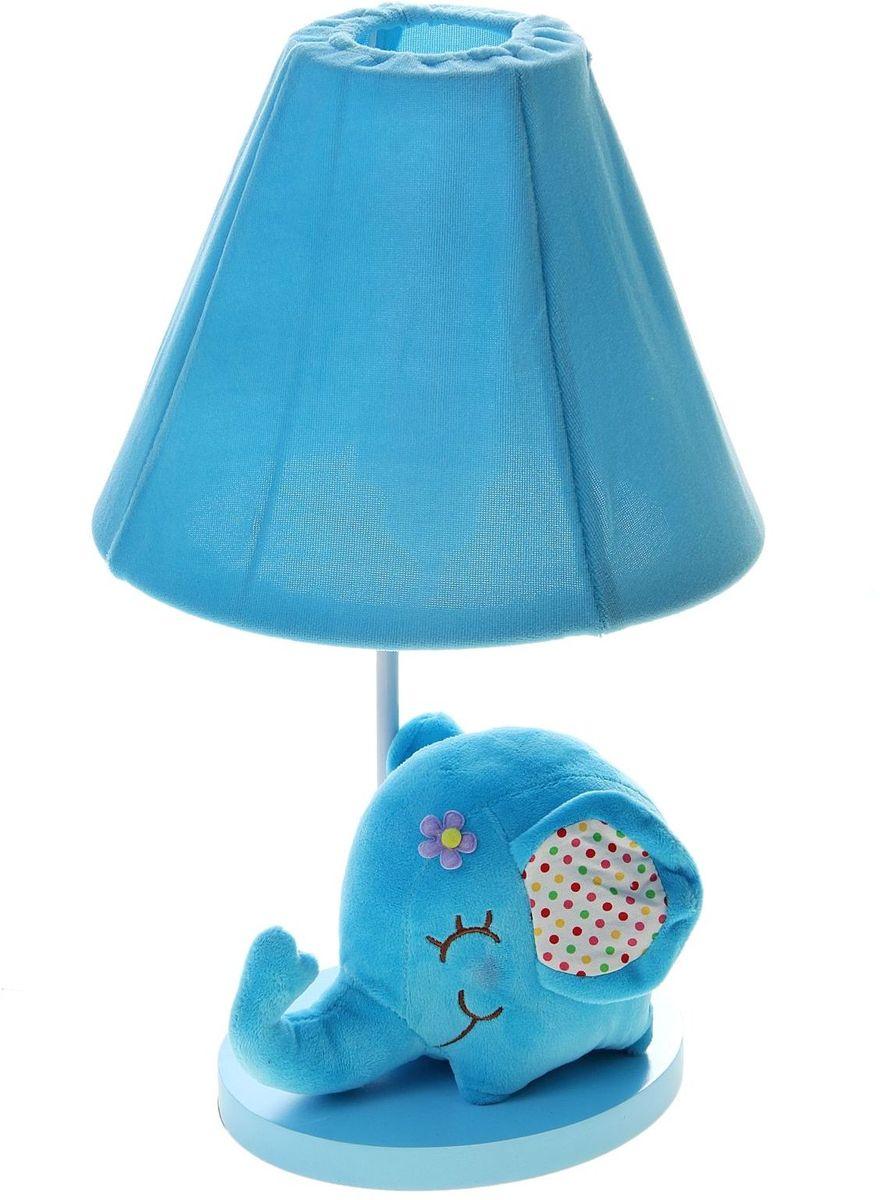 Лампа настольная Плюшевый слоненок голубой906528Детям веселей, когда их окружают яркие вещицы. Поэтому стоит продумать даже то, как будет выглядеть дополнительный источник света в комнате вашего малыша. Чаще всего подобные светильники ставят на прикроватную тумбочку или письменный стол, чтобы в комнате не оставалось неосвещённого пространства.Чтобы не оставлять своего маленького шалуна в полной темноте, просто «зажгите» светильник детский белый, с ним будет спокойней и вам и ребёнку.*Размещайте провода и другие, не предназначенные для детских ручек детали, таким образом, чтобы ваш шалун до них не дотянулся.