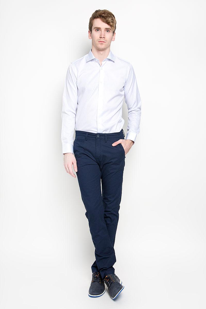 Брюки мужские Lee Chino, цвет: темно-синий. L768GK84. Размер 33-32 (48/50-32)L768GK84Стильные мужские брюки Lee Chino великолепно подойдут для повседневной носки и помогут вам создать незабываемый современный образ. Классическая модель немного зауженного кроя и стандартной посадки изготовлена из эластичного хлопка, благодаря чему великолепно пропускает воздух, обладает высокой гигроскопичностью и превосходно сидит. Брюки застегиваются на ширинку на застежке-молнии, а также пуговицу на поясе. На поясе расположены шлевки для ремня. Брюки оснащены двумя втачными карманами и небольшим прорезным кармашком спереди, а также двумя прорезными карманами с клапанами на пуговицах сзади.Эти модные и в тоже время удобные брюки станут великолепным дополнением к вашему гардеробу. В них вы всегда будете чувствовать себя уверенно и комфортно.